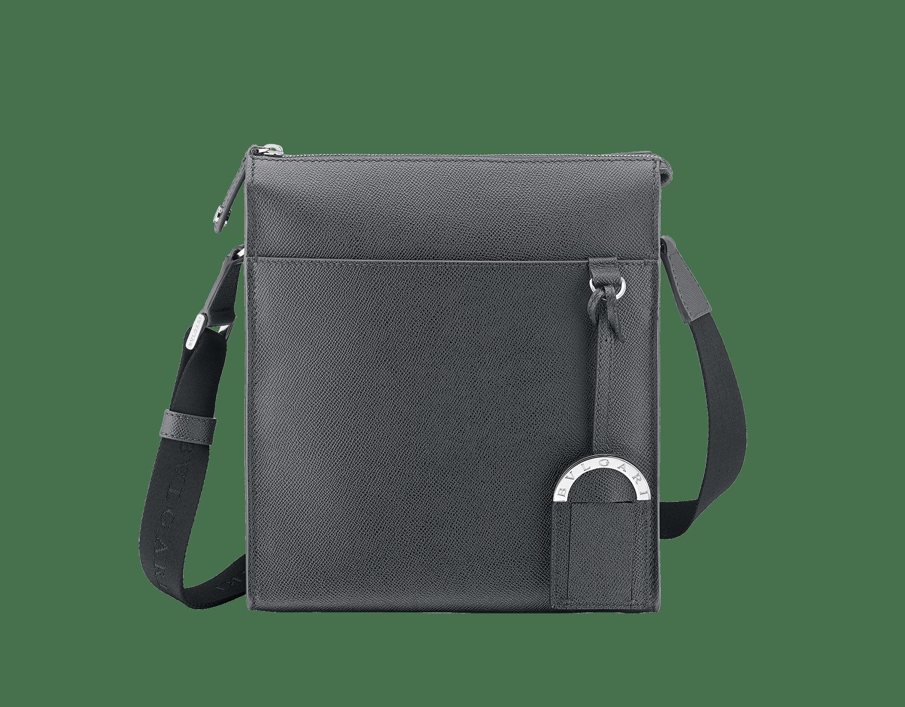 BVLGARI BVLGARI Messenger-Tasche mit Reißverschluss an der Oberseite aus jadegrünem genarbten Kalbsleder mit Metall-Elementen aus palladiumbeschichtetem Messing. BBM-001-0624S image 1