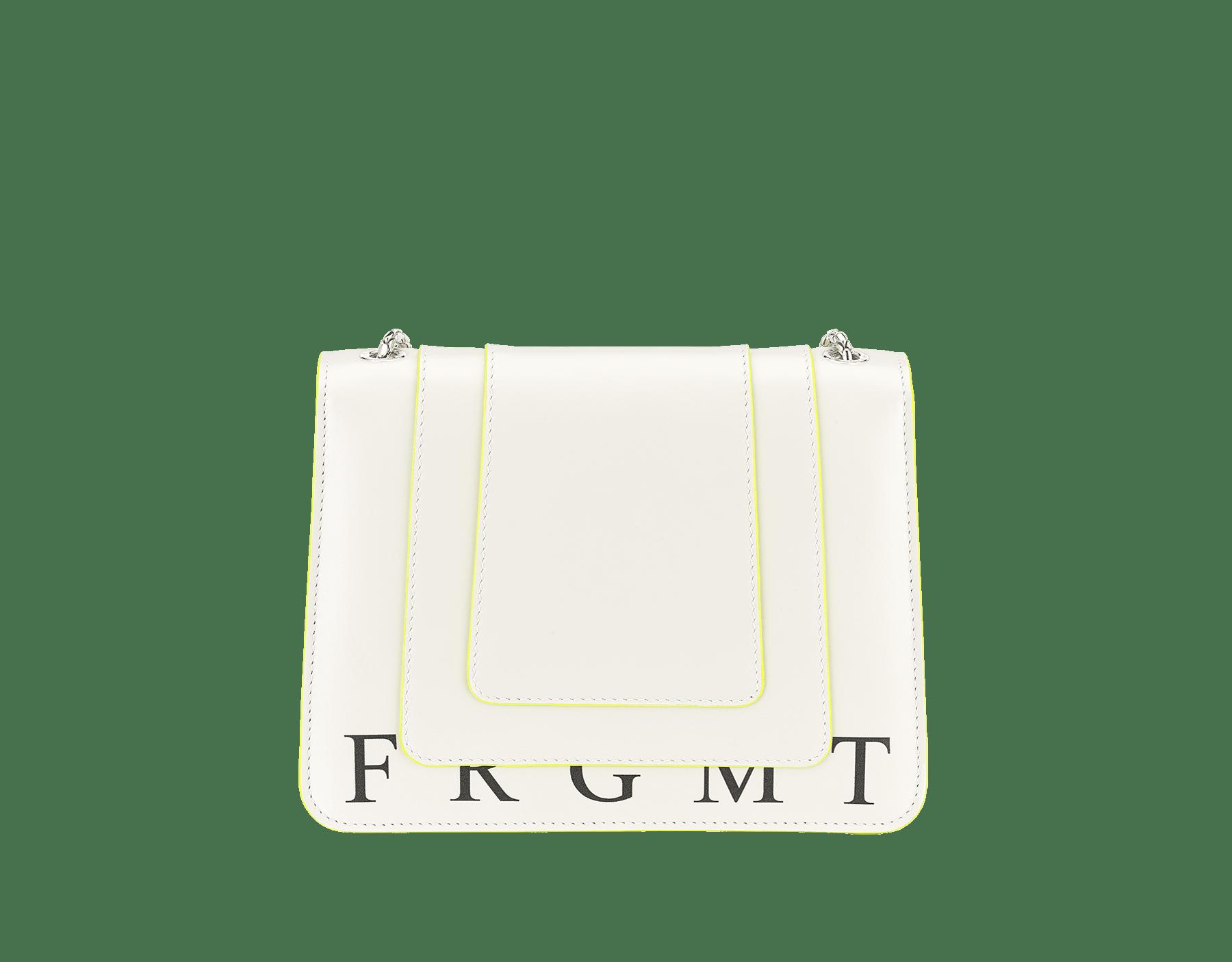 ホワイトアゲートと蛍光イエローのカーフレザー製「ブルガリxフラグメント バイ ヒロシ・フジワラ」セルペンティ フォーエバー クロスボディ バッグ。BVLGARI FRGMTのブラックプリント。FRAGMENTの稲妻デザインを加えた、シャイニーなパラジウム プレート ブラス製のアイコニックなスネークヘッドクロージャー。ブラックと蛍光イエローのエナメルにブラックオニキスの目。 289525 image 3