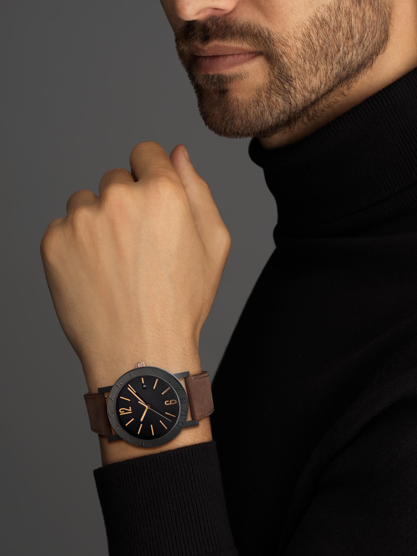 """ساعة """"بولغري بولغري سيتيز سبيشل إيديشن، DUBAI"""" بآلية حركة ميكانيكية مصنّعة من قبل بولغري، تعبئة أوتوماتيكية، آلية BVL 191.، علبة الساعة من الفولاذ المعالج بالكربون الأسود الشبيه بالألماس مع نقش """"BVLGARI DUBAI"""" على إطار الساعة، غطاء خلفي شفاف، ميناء مطلي بالمينا الأسود الخشن ومؤشرات الساعة من الذهب الوردي، سوار من جلد العجل البني، وسوار قابل للتبديل من المطاط الأسود. 103225 image 9"""