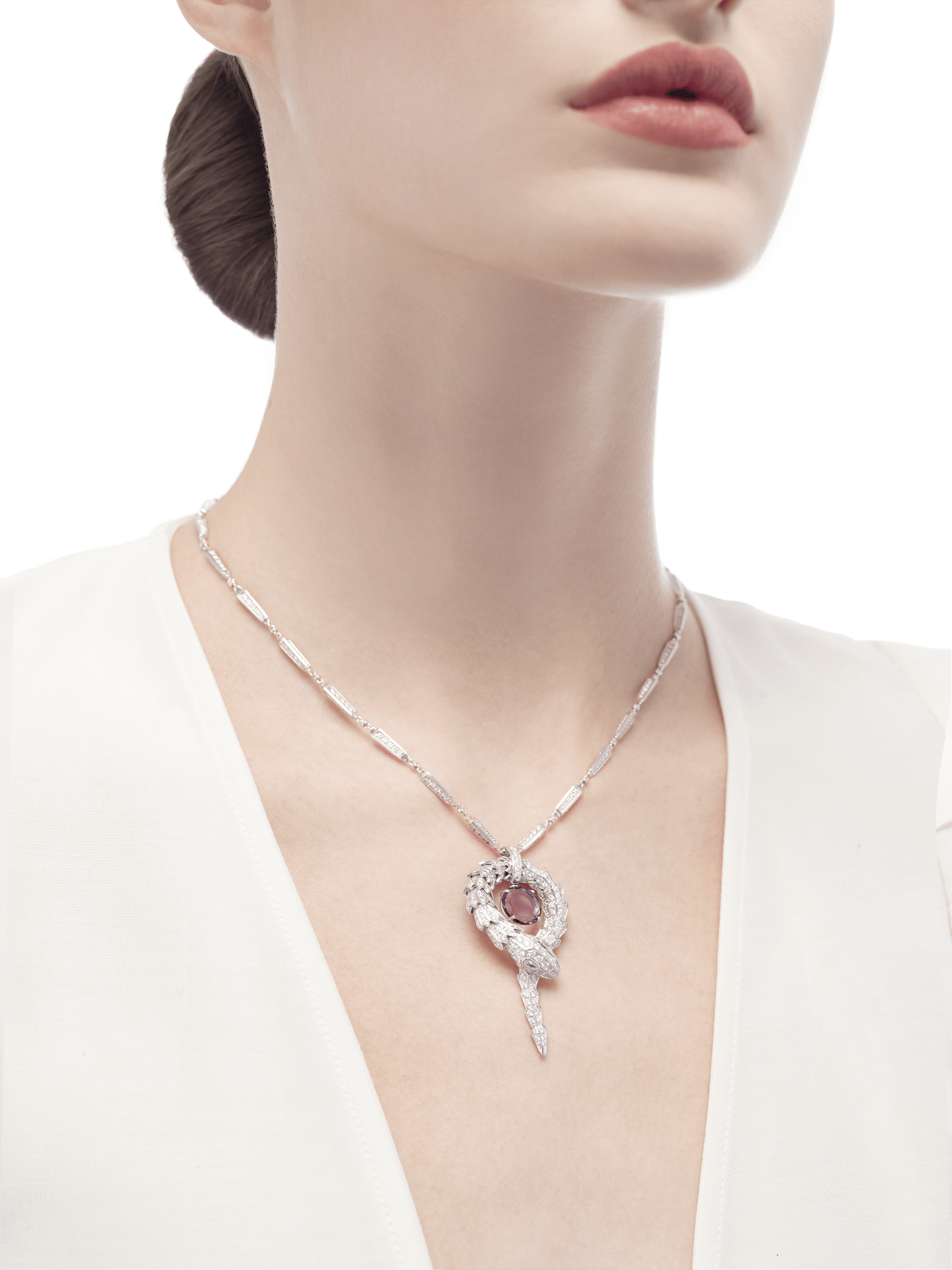 Serpenti small pendant in 18 kt white gold with amethyst and pavé diamonds. 354087 image 3