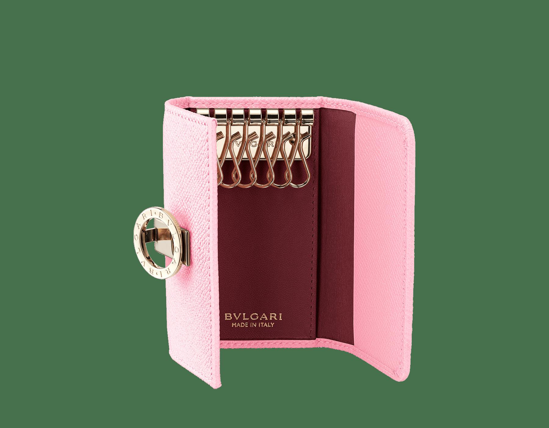 Piccolo portachiavi BVLGARI BVLGARI in vitello martellato rosa fenicottero e nappa granato romano. Iconica chiusura a clip con logo in ottone placcato oro chiaro. 288155 image 2