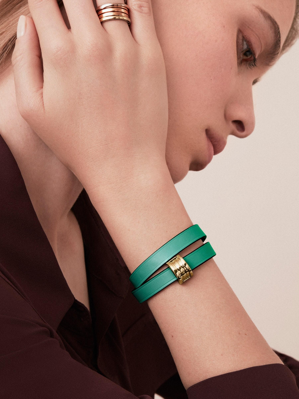 Doppelt geschwungenes BVLGARI BVLGARI Armband aus smaragdgrünem Kalbsleder mit BVLGARI BVLGARI Schnappverschluss aus hell vergoldetem Messing. BZERO1-CL-EG image 2