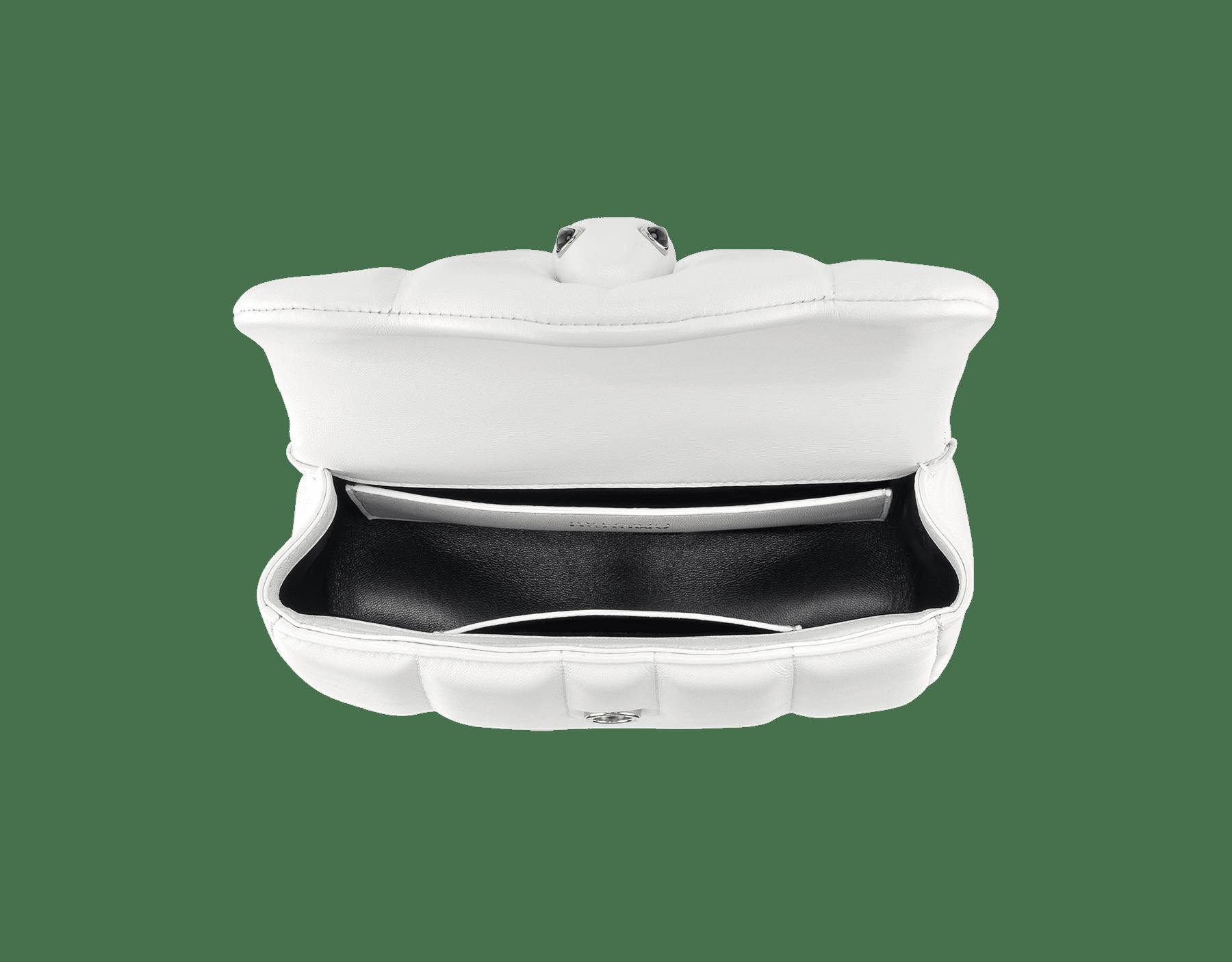 「AMBUSH x BVLGARI」ベルトバッグ。フラッシュダイヤモンドナッパレザー製。フラッシュダイヤモンドナッパレザーをまとったパラジウムプレートブラス製の新しいセルペンティ ヘッドクロージャー。ブラックオニキスの魅惑的な目で仕上げています。日本限定リミテッドエディション 290443 image 4