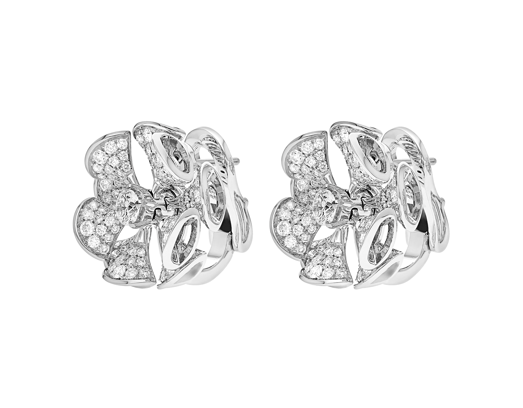 Los pendientes DIVAS' DREAM, de los que brotan un elegante y floral oro blanco y unos pétalos de pavé de diamantes, dominan majestuosos en el jardín del glamour. 350785 image 2