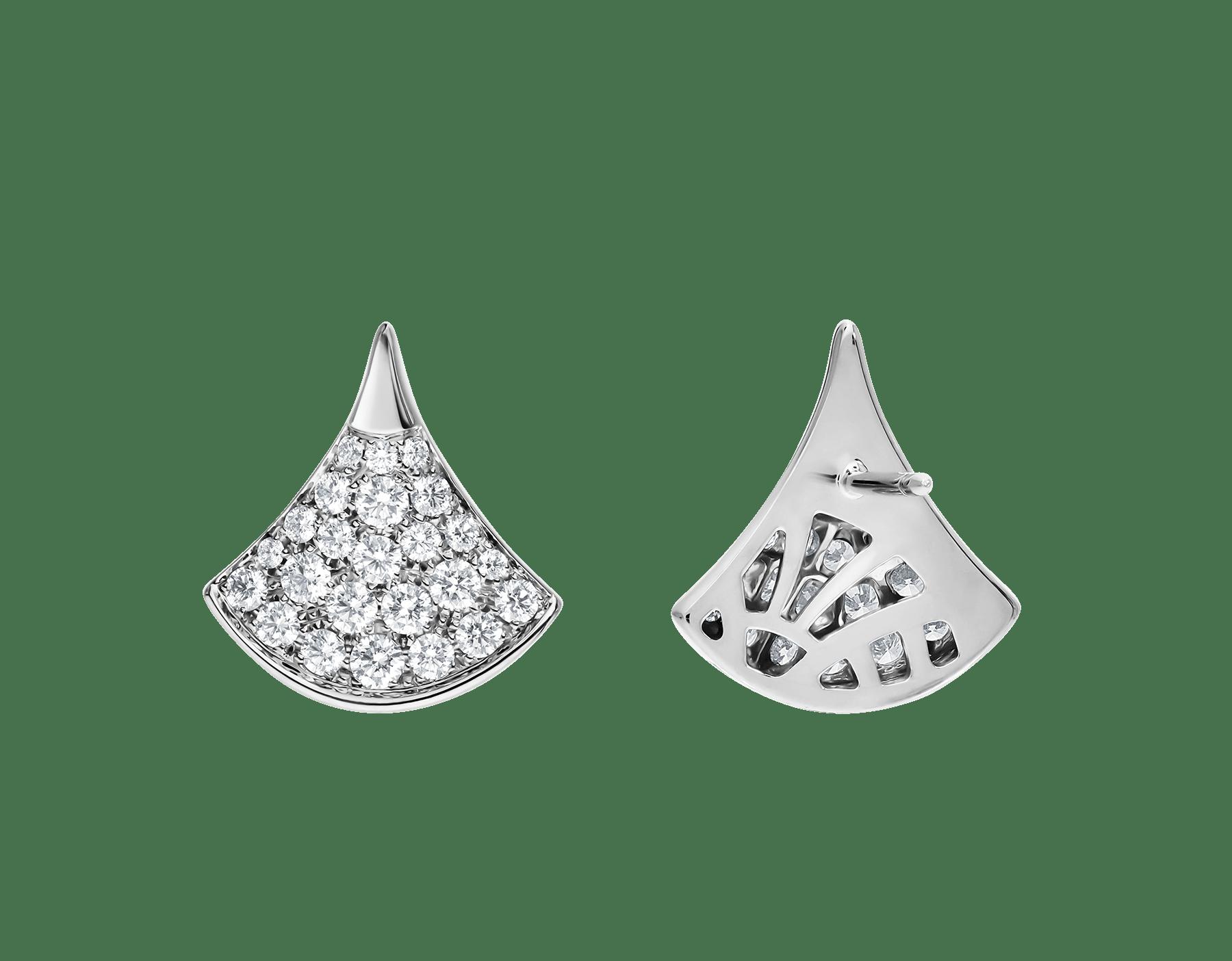 Los pendientes DIVAS' DREAM, deslumbrantes gracias a la pureza de sus formas femeninas y la clásica y atemporal combinación del pavé de diamantes y el oro blanco, revelan la refinada elegancia de cada diva. 352602 image 3