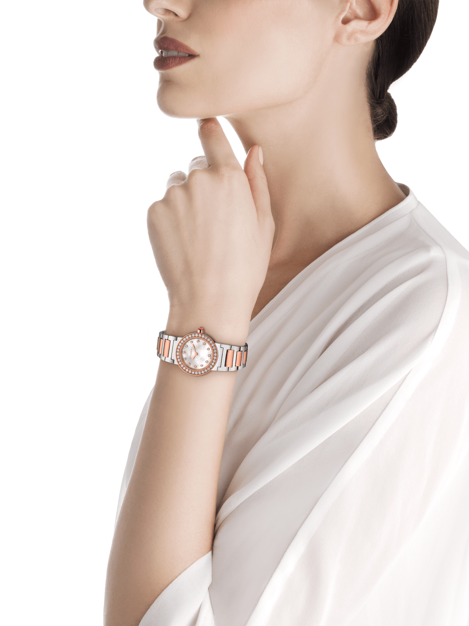The BVLGARI BVLGARI watch has a stainless steel case, 18 kt rose gold bezel set with diamonds, white mother-of-pearl dial set with diamond indices and a stainless steel and 18 kt rose gold bracelet. 102477 image 4