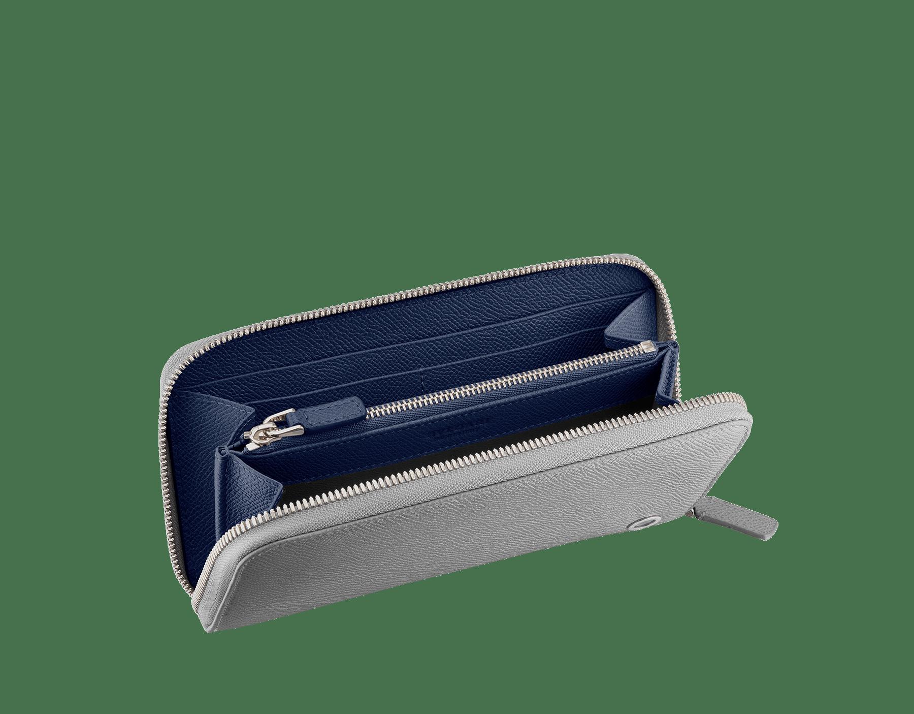 Charcoal DiamondグレーとAegean Topazライトブルーのグレインカーフレザー製ラージサイズの「ブルガリ・ブルガリ」ジップ付き財布。 パラジウムプレートブラス製のアイコニックなロゴの装飾。 BBM-WLT-M-ZIPa image 2