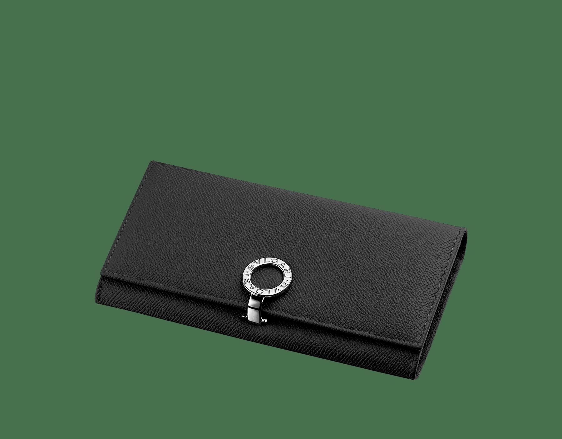 ブラックのグレインレザー製ウォレットポシェット。パラジウムプレート金具付き。フラップカバー、クレジットカードスロット9枚分、紙幣入れ×2、中央にファスナー付き小銭入れ×1。小銭入れの内側は、ブルーの生地。カラーバリエーションあり。19 x 9 cm 35939 image 1