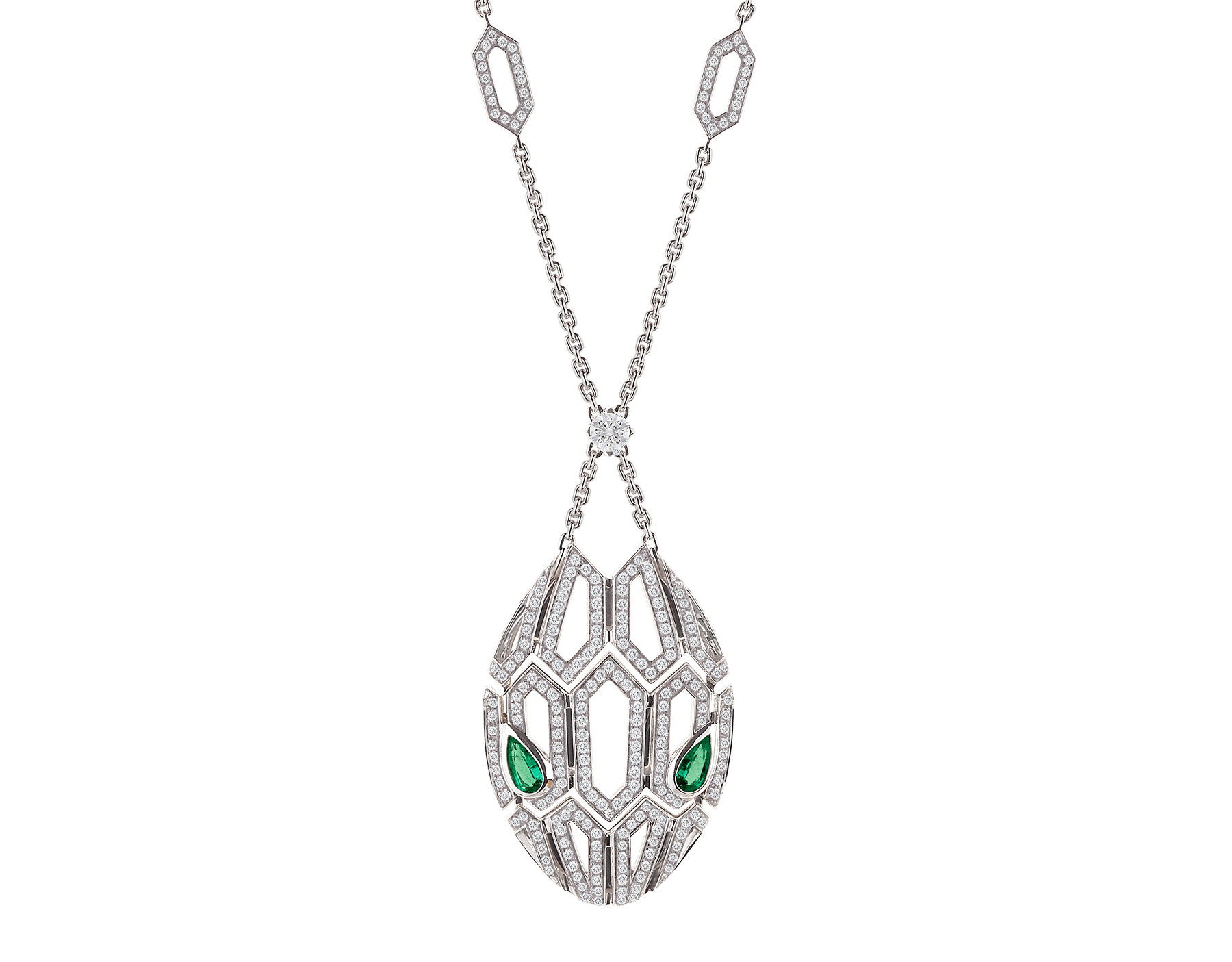 El collar Serpenti, cuyas escamas de serpiente están embellecidas con un encantador motivo hexagonal con pavé de diamantes, brilla con el deseo y el irresistible magnetismo de sus ojos de esmeralda. 352752 image 1
