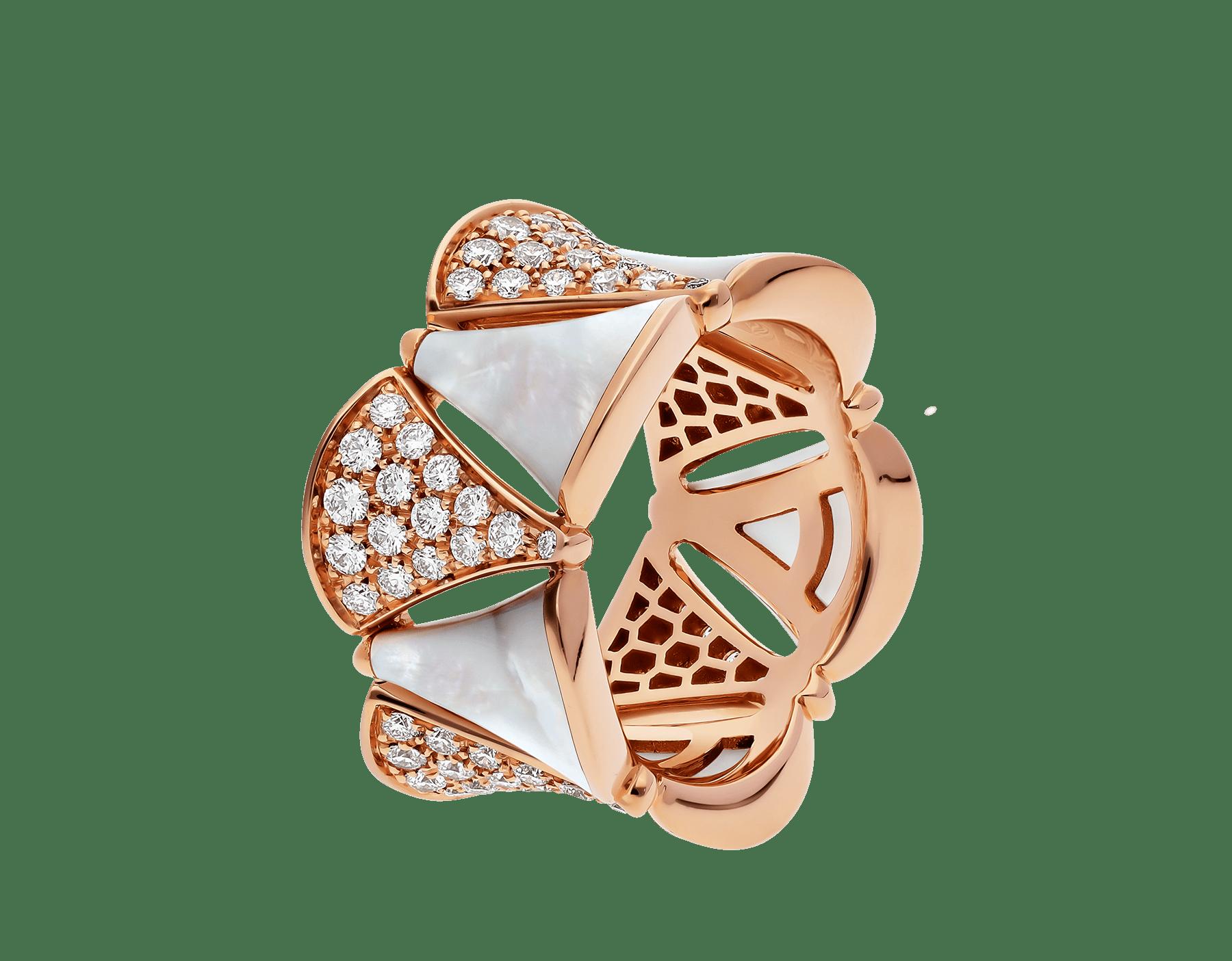 Composée de nacre à l'éclat éthéré et de diamants étincelants, la bague DIVAS' DREAM habille le doigt en rendant hommage à la pureté de la beauté féminine. AN856775 image 1