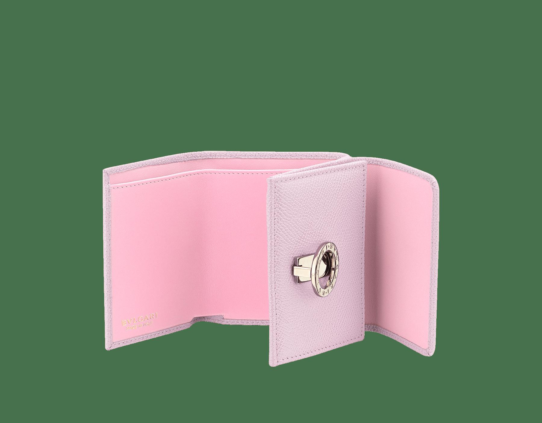 BVLGARI BVLGARI 小巧皮夾,採用雛菊拓帕石色亮珠面小牛皮和水晶玫瑰色 Nappa 軟面皮。掀蓋開合,經典淡金色黃銅品牌標誌扣環和按扣。 579-MINICOMPACTa image 2