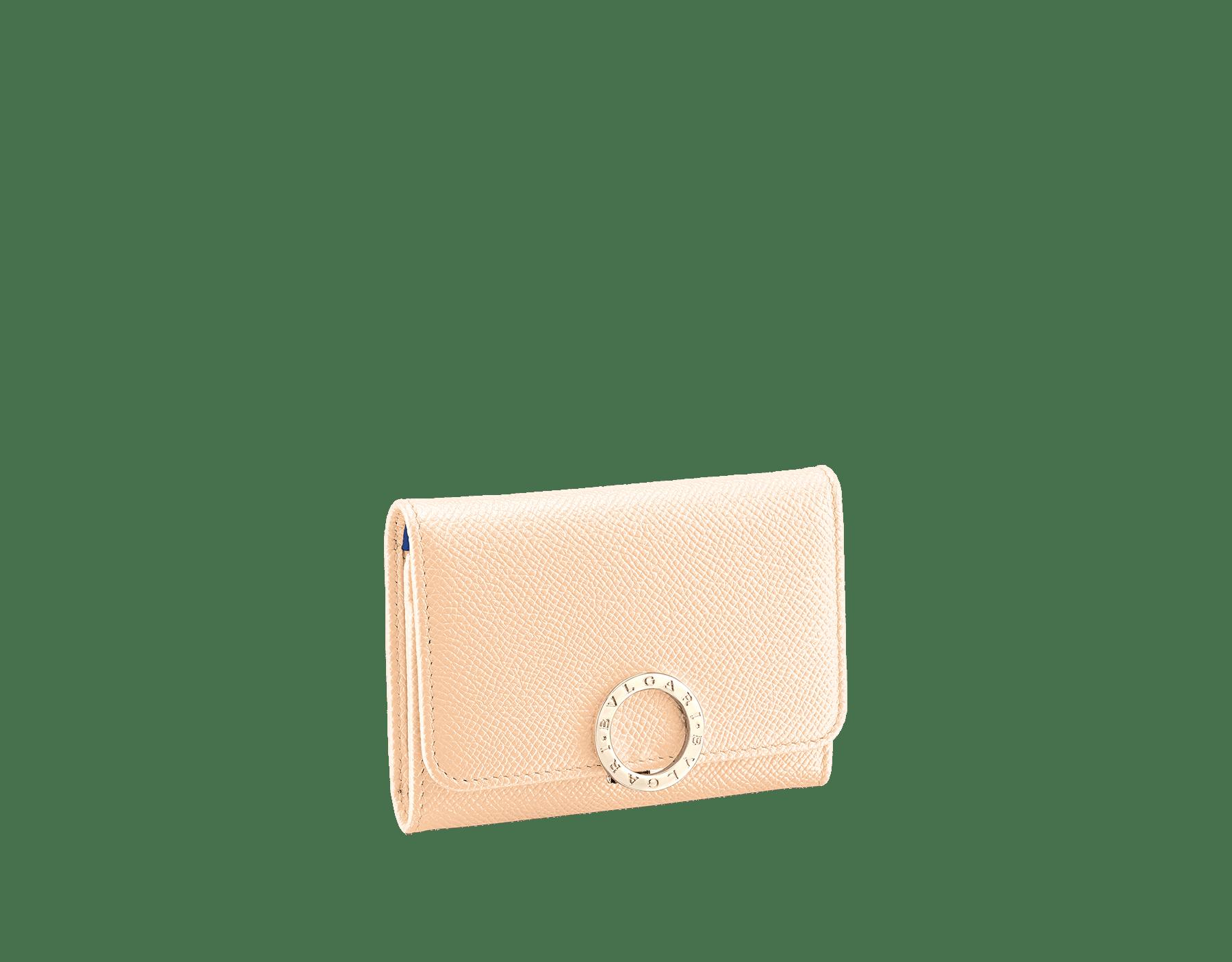 ピーチのブライトグレインカーフレザーおよびLavander Amethystライラックのナッパレザー製の「ブルガリ・ブルガリ」ビジネスカードホルダー。 ブラスライトゴールドプレートのアイコニックなロゴクリップクロージャー。 579-BC-HOLDER-BGCLa image 1