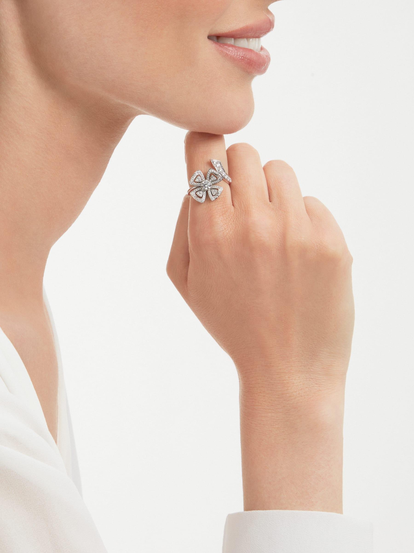 Anel Fiorever em ouro branco 18K cravejado com um diamante central redondo lapidação brilhante e pavê de diamantes AN858691 image 3
