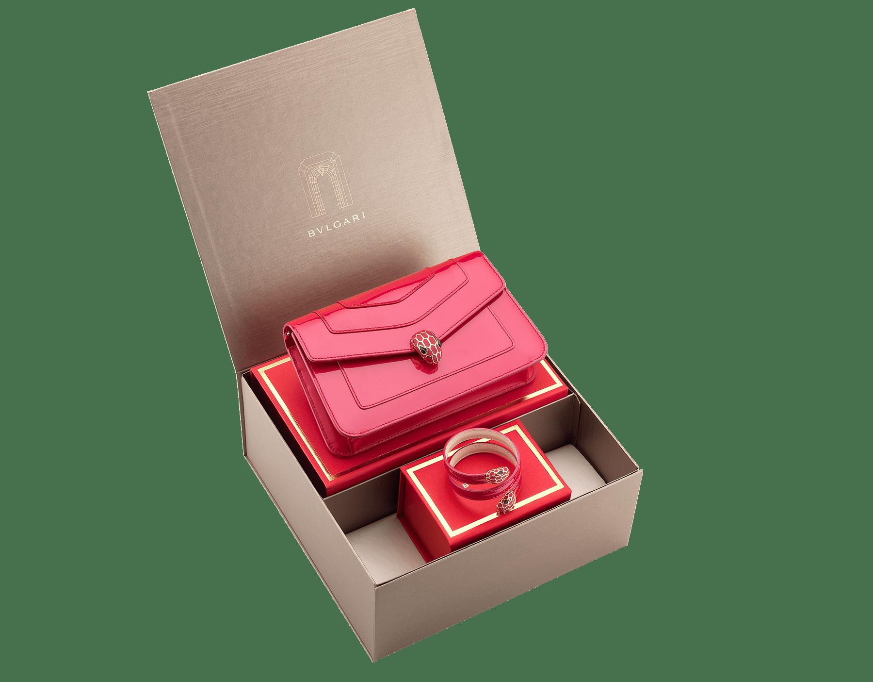 特別なバレンタインデーギフトとしての、ブルガリのエレガントボックス women-gift-set-chain-wallet-and-bracelet image 1