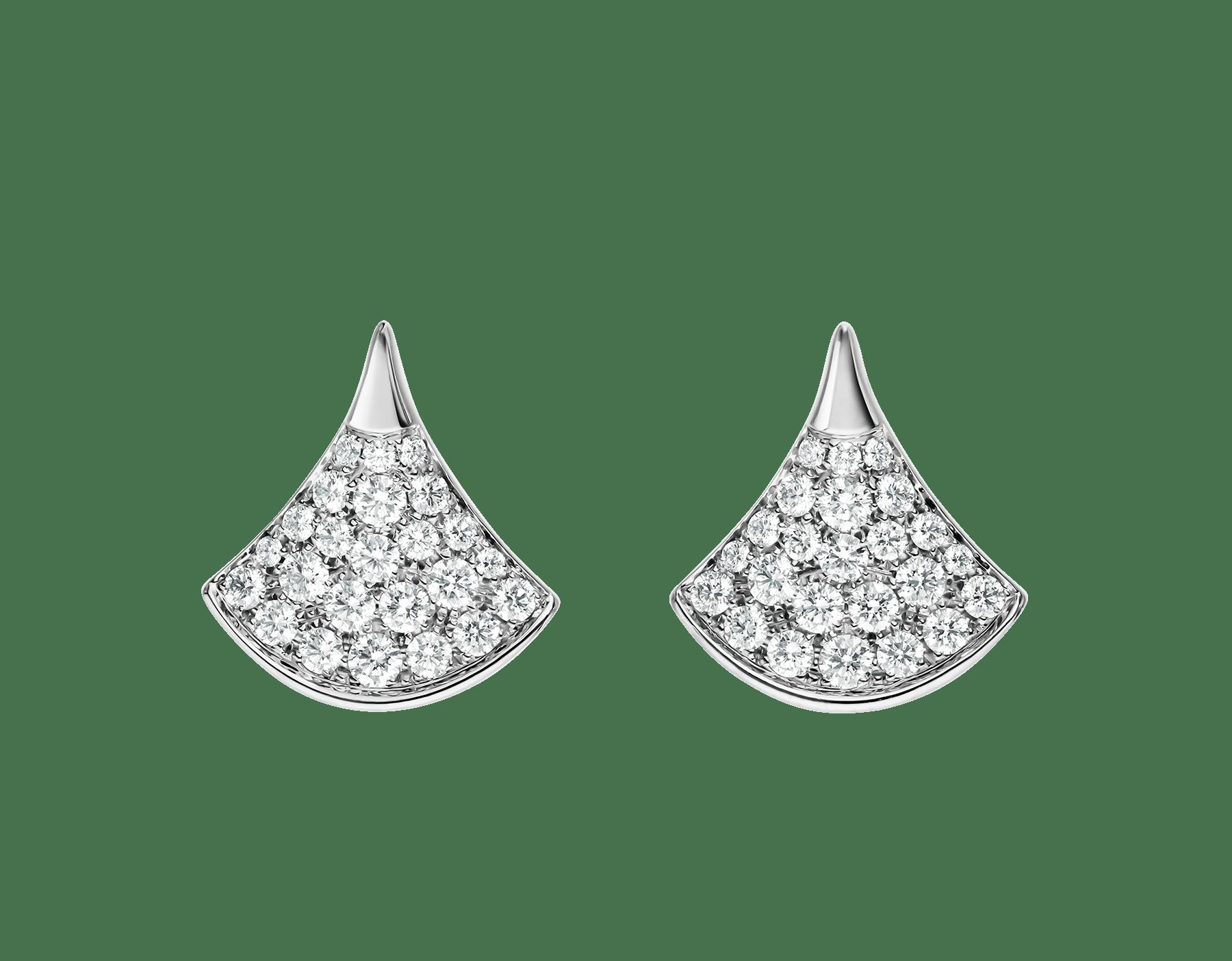 Les boucles d'oreilles DIVAS' DREAM révèlent l'élégance raffinée de chaque diva grâce à la pureté de leur silhouette féminine et l'association classique et intemporelle du pavé diamants et de l'or blanc. 352602 image 1