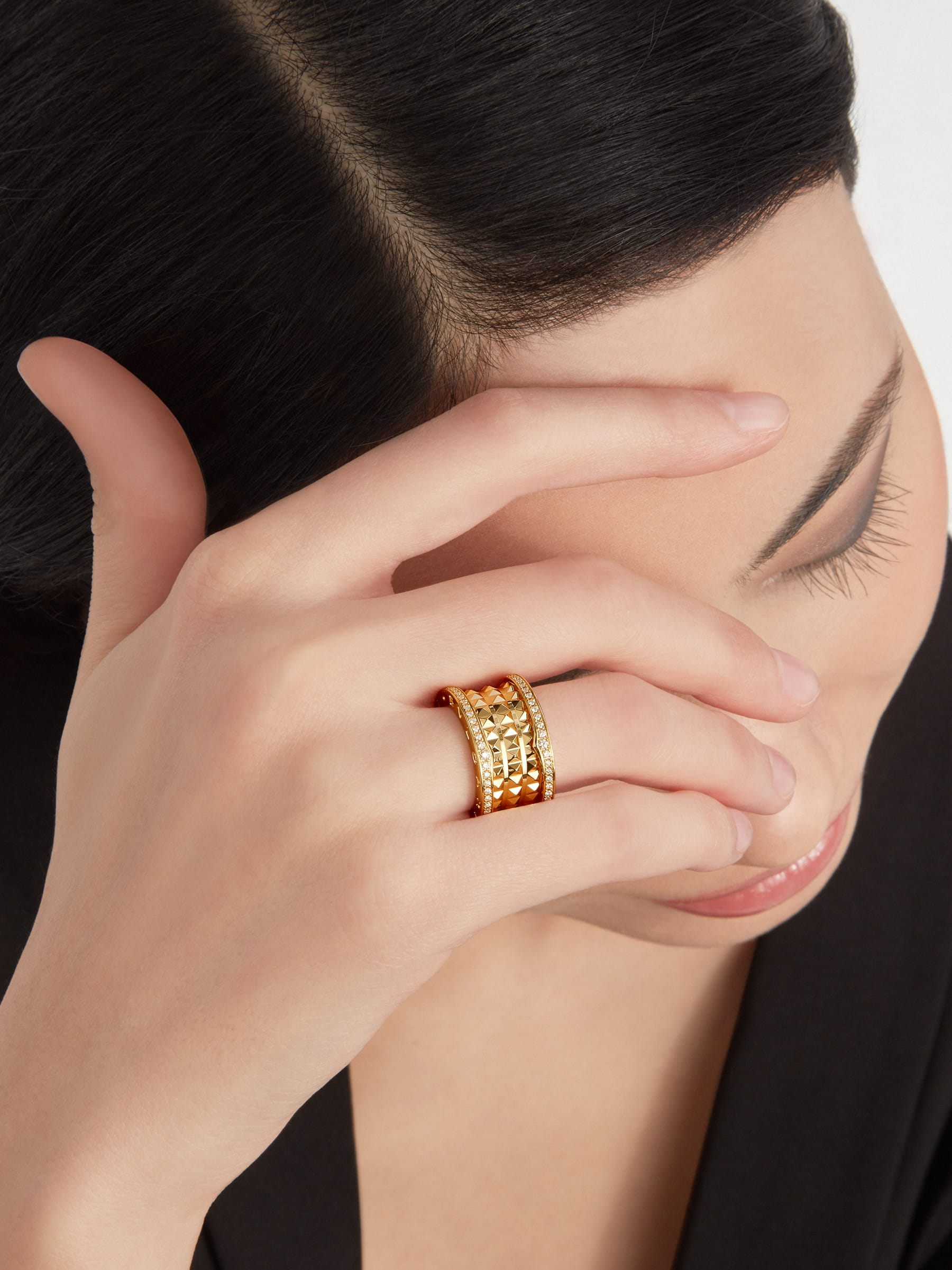 B.zero1 Rock four-band ring in 18 kt yellow gold with studded spiral and pavé diamonds on the edges. AN859026 image 2