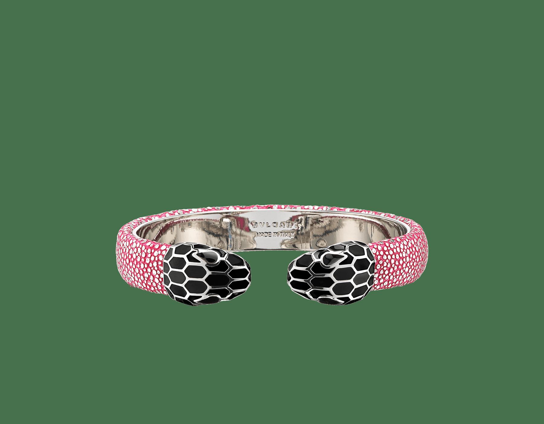 Bracelet jonc Serpenti Forever en galuchat cristal couleur Flash Amethyst avec détails en laiton. Motif en miroir Serpenti emblématique en émail noir avec yeux en émail noir. 289275 image 1