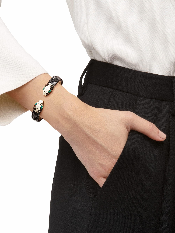 Bracelet en galuchat noir avec fermoir Serpenti renversé emblématique en laiton doré et émail noir et blanc avec yeux en émail malachite. 283176 image 2