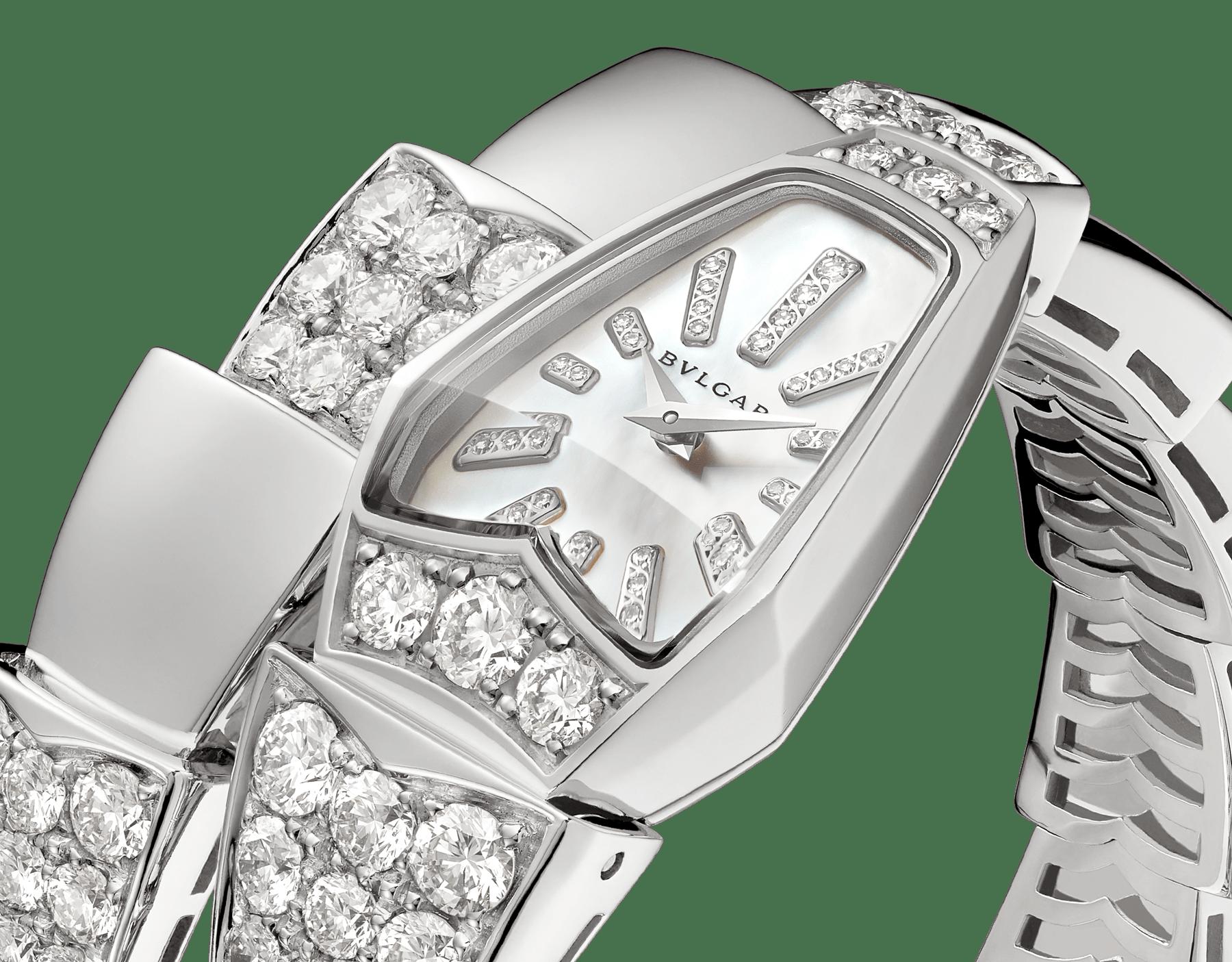 Serpenti Schmuckuhr mit Gehäuse aus 18Karat Weißgold und einfach geschwungenem Armband, beide mit Diamanten im Brillantschliff besetzt, weißes Perlmuttzifferblatt und Diamantindizes. 101787 image 2