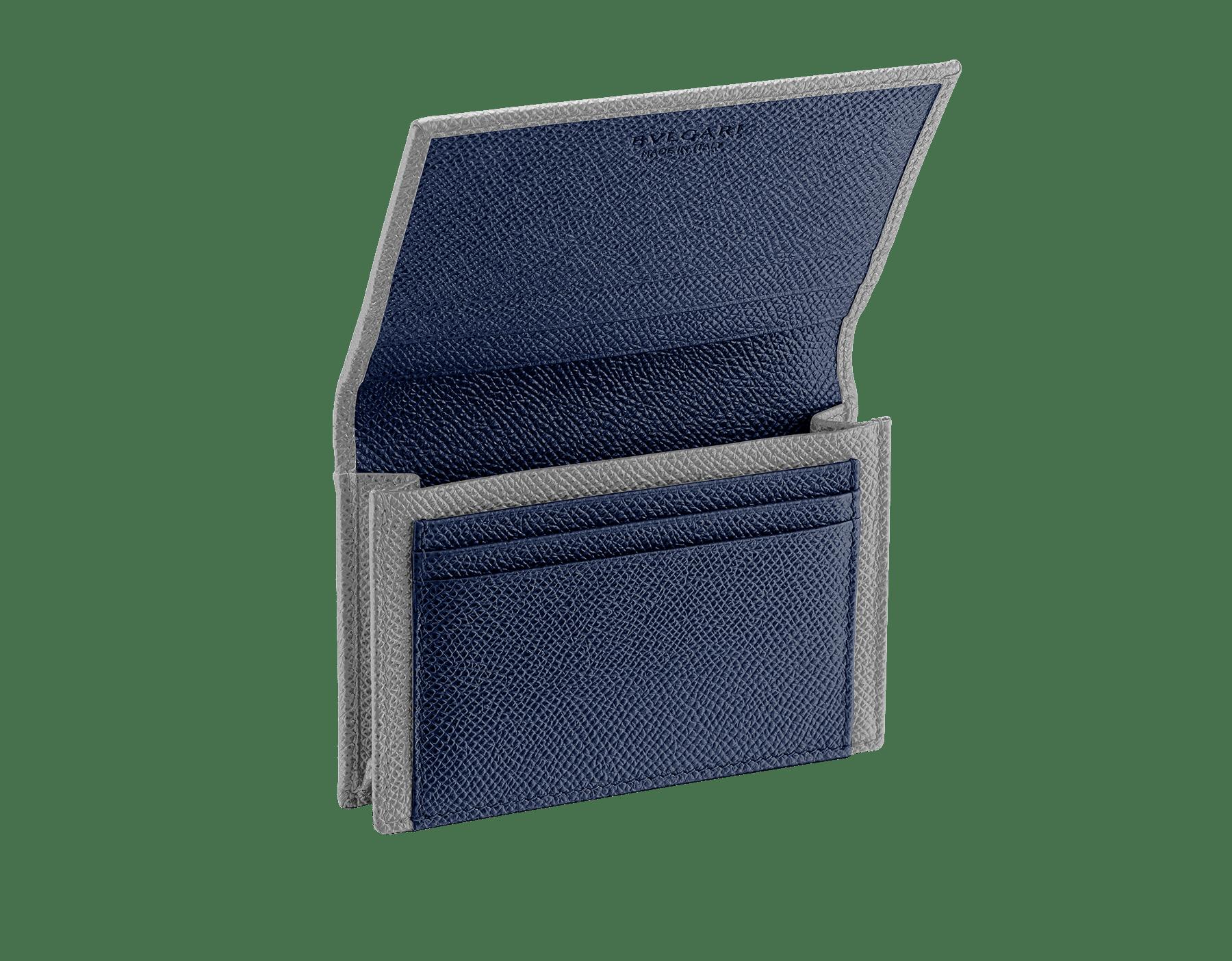 プルートストーングレーとデニムサファイアブルーのグレインカーフレザーを使った「ブルガリ・ブルガリ」ビジネスカードホルダー。 パラジウムプレートブラス製のロゴ装飾。 290700 image 2