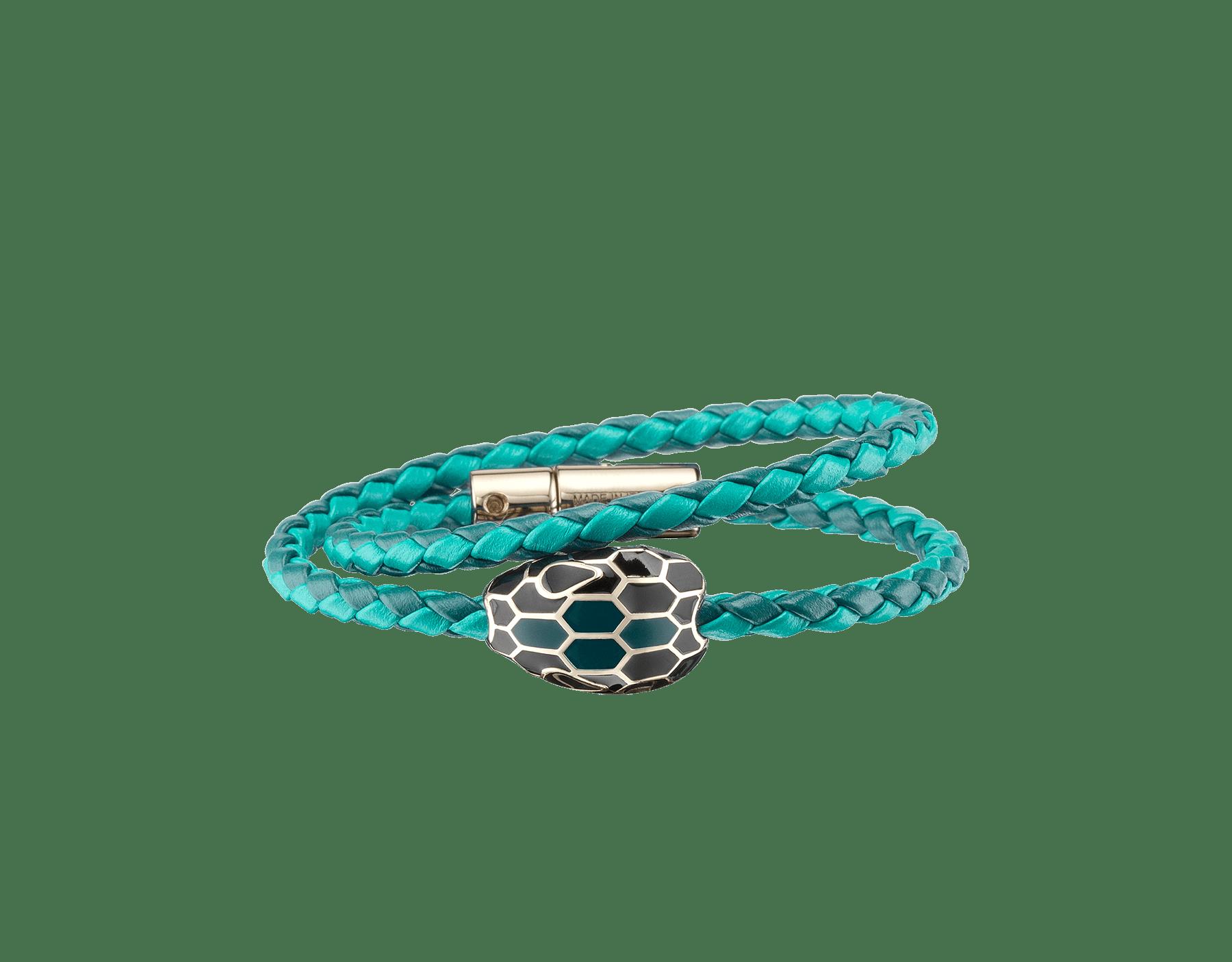 Serpenti Forever 多圈編穗手環採用深綠玉色和熱帶綠松石色編織小牛皮,經典蛇頭元素飾以黑色和深綠玉色琺瑯。 SerpDoubleBraid-WCL-DJTT image 1
