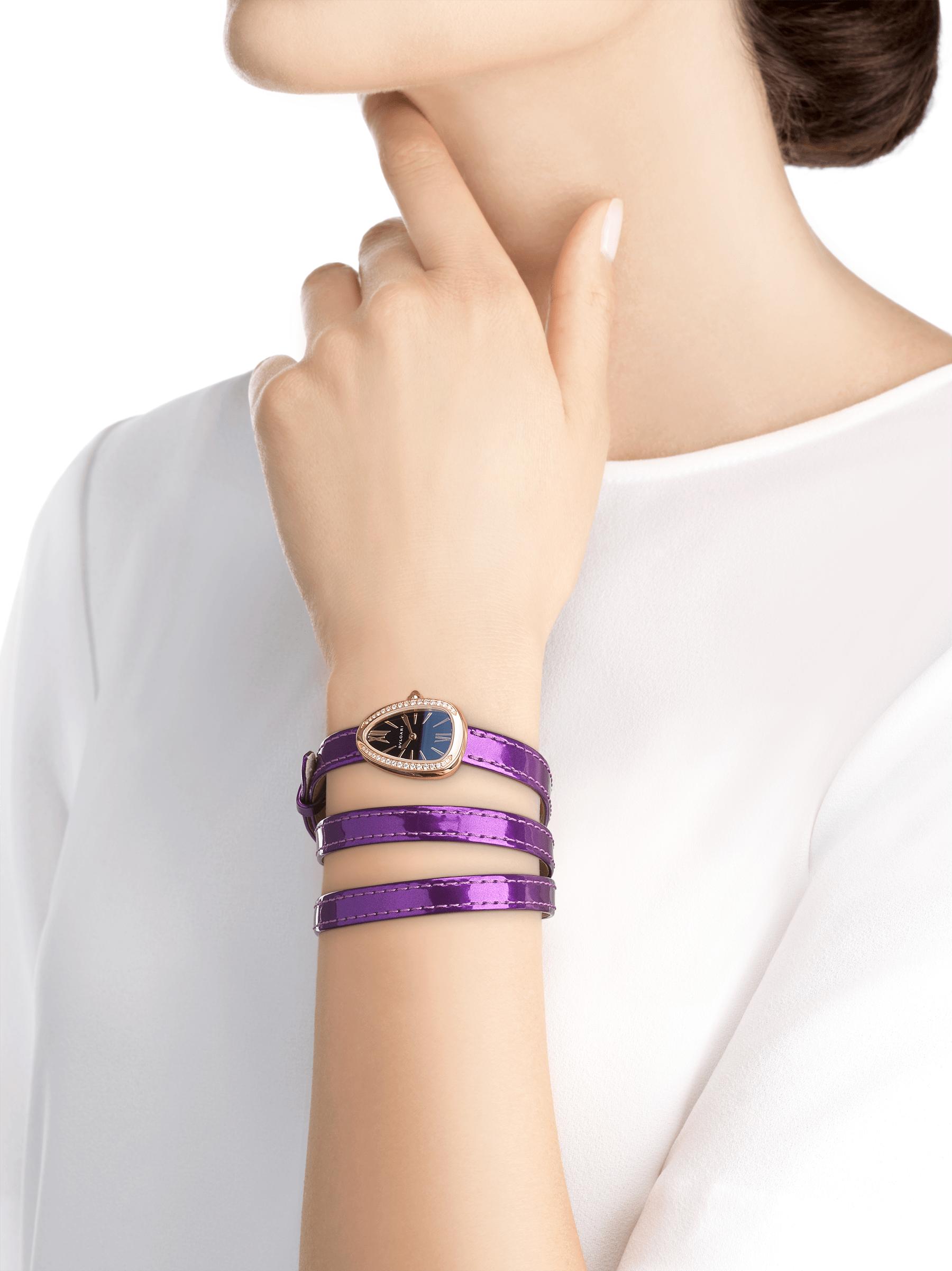 Montre Serpenti avec boîtier en or rose 18K serti de diamants, cadran laqué noir et bracelet quadruple spirale interchangeable en cuir de veau aspect métal brossé couleur jade glycine. 102969 image 3