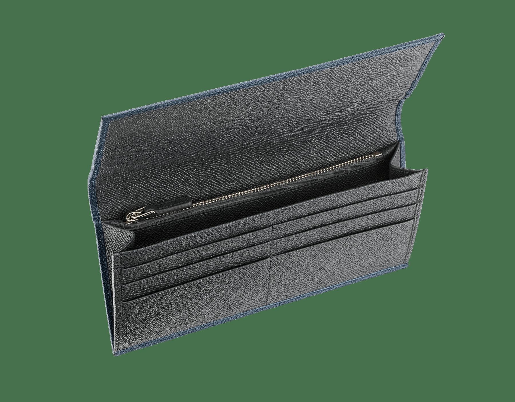 Long portefeuille international en cuir de veau grainé couleur Denim Sapphire et Charcoal Diamond avec doublure en cuir nappa bleu ardoise, éléments métalliques en laiton et motif BVLGARIBVLGARI. 289164 image 2