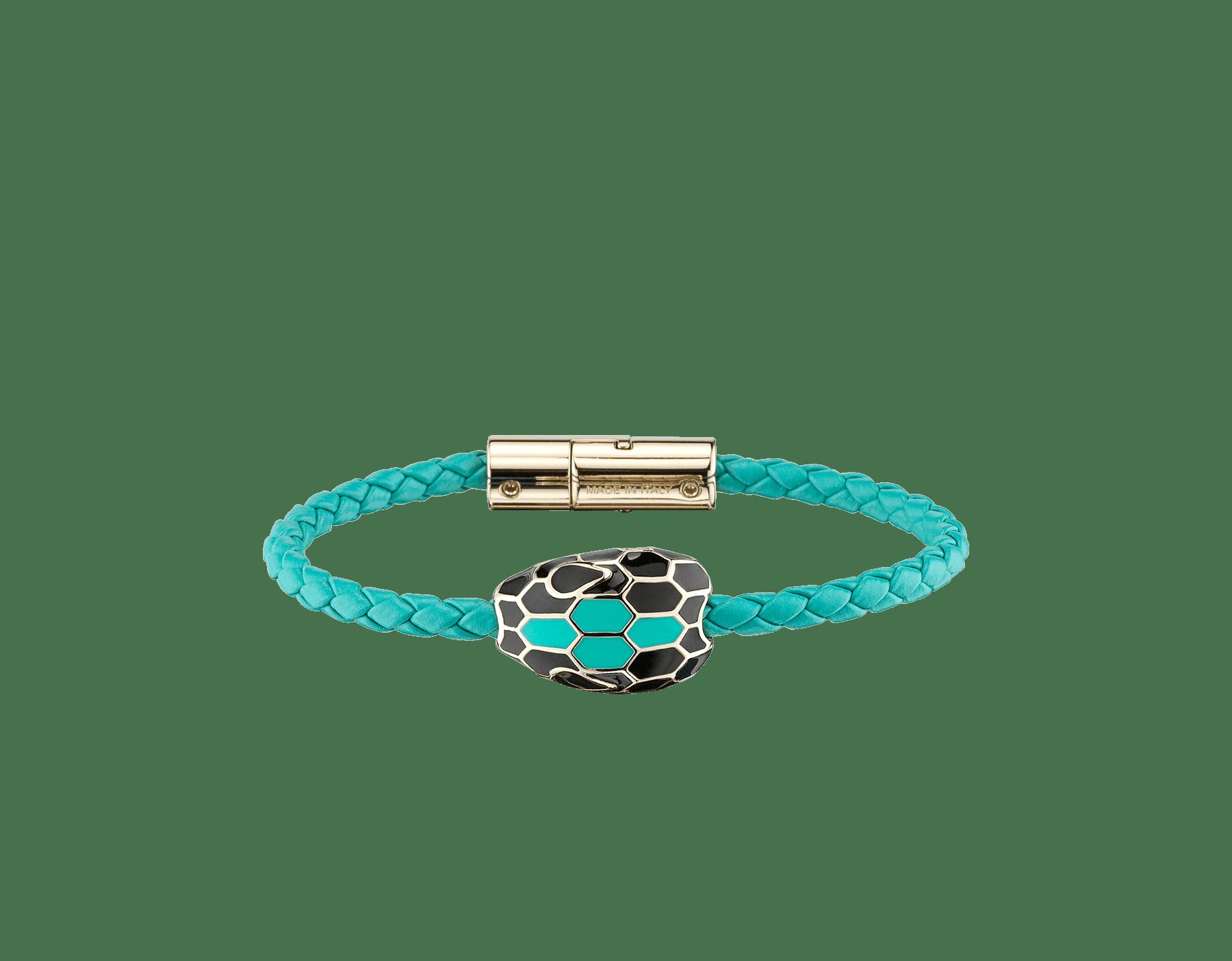 Pulsera trenzada Serpenti Forever en piel de becerro tejida color jade ártico con un emblemático motivo de cabeza de serpiente en esmalte negro y color jade ártico. 289172 image 1