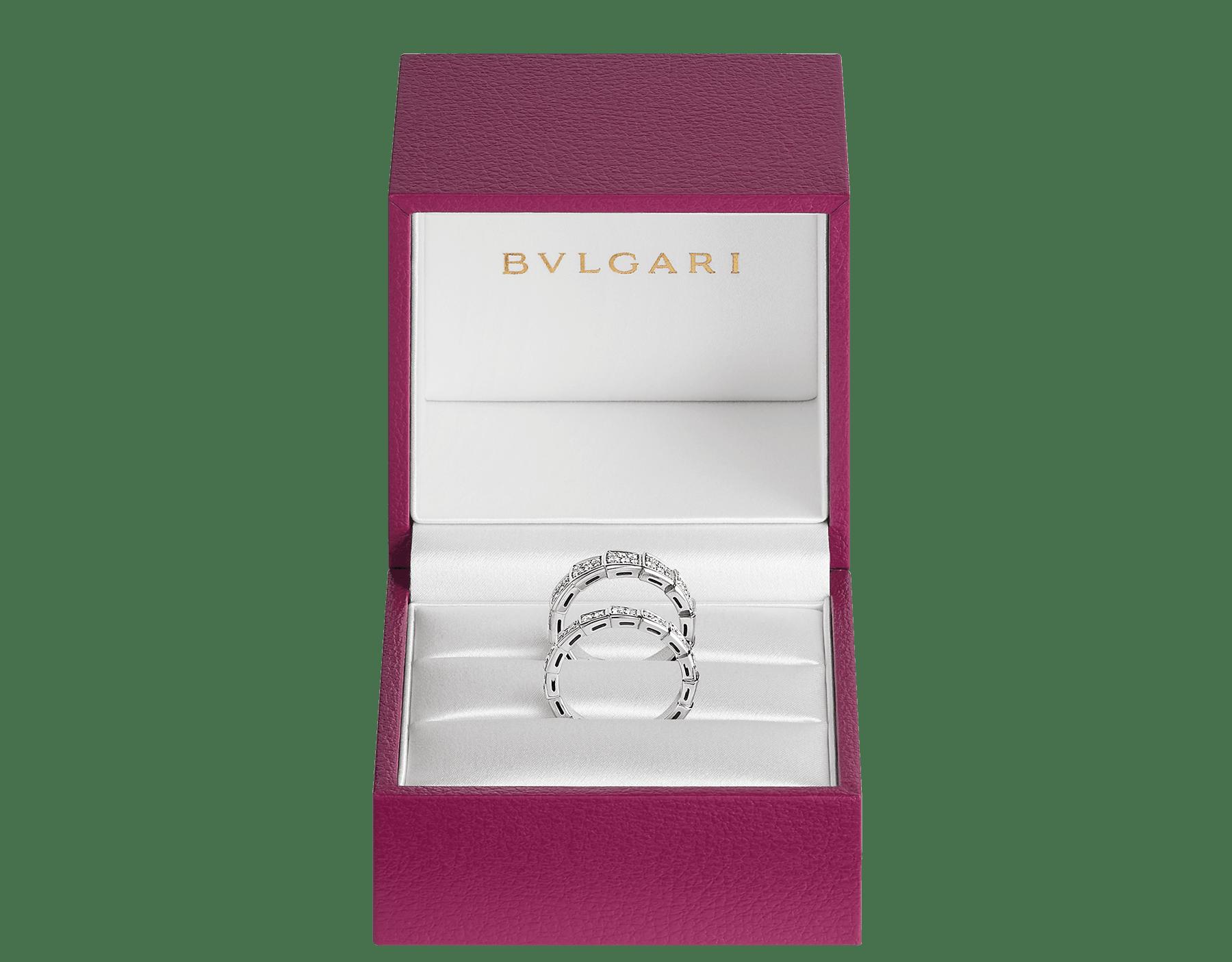 Serpenti Viper Ringe für Paare mit unterschiedlicher Höhe aus 18 Karat Weißgold, beide voll ausgefasst mit Diamanten. Ein faszinierendes Ring-Set, das ein hypnotisierendes Design mit der unwiderstehlichen Anziehungskraft der Schlange verschmelzen lässt. SERPENTI-VIPER-COUPLES-RINGS-5 image 2