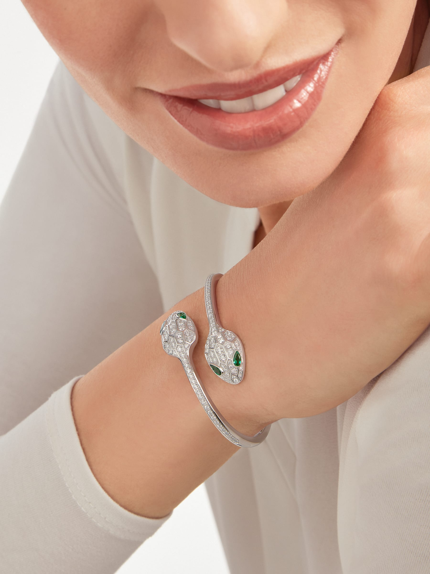 Serpenti 18 kt white gold bracelet set with emerald eyes and pavé diamonds. BR858551 image 3