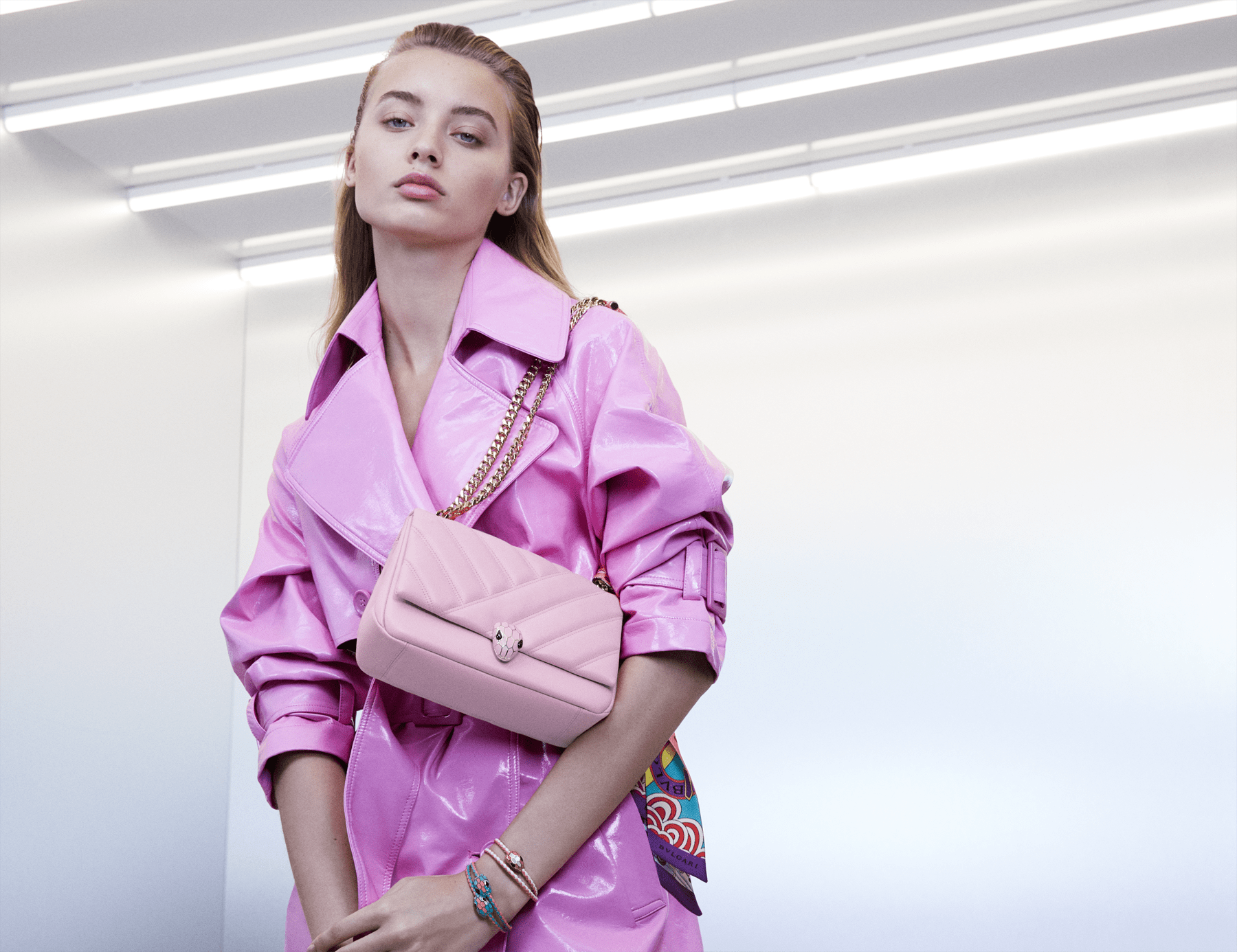 Serpenti Cabochon shoulder bag in soft matelassé rosa di francia nappa leather, with a graphic motif and rosa di francia calf leather. Brass light gold plated seductive snakehead closure in matt rosa di francia, shiny rosa di francia enamel and black onyx eyes. 288720 image 5