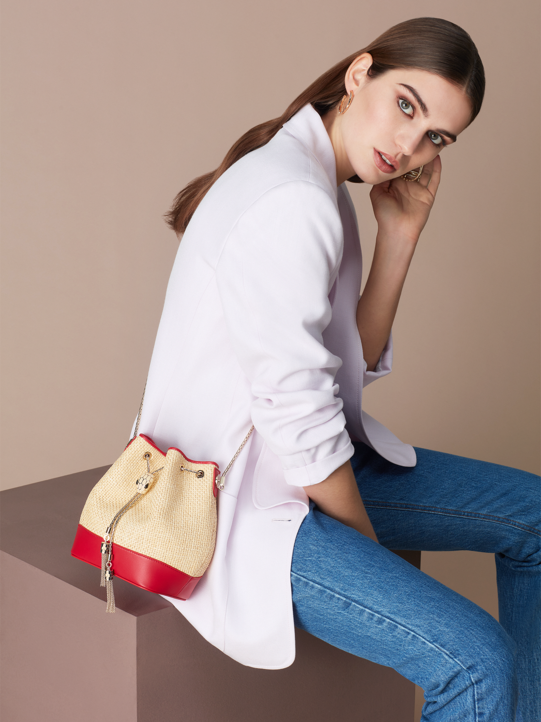 """Serpenti Forever"" small bucket bag in beige raffia and Carmine Jasper red calfskin, with Carmine Jasper red nappa leather internal lining. Alluring light gold-plated brass snakehead closure enhanced with full matte Natural beige enamel and black onyx eyes. 290959 image 3"