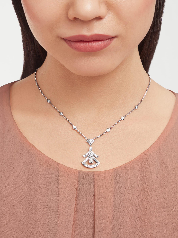 Pendentif ajouré Divas' Dream en or blanc 18K serti d'un diamant taille poire (0,80ct), de diamants ronds taille brillant (0,77ct) et pavé diamants (0,71ct) 358220 image 1
