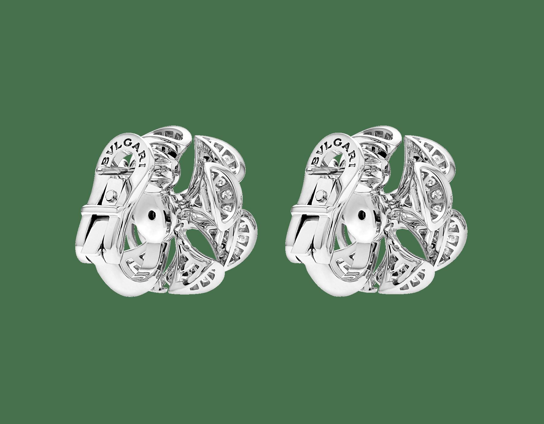 Les boucles d'oreilles DIVAS' DREAM règnent en reines sur le jardin du glamour en se parant d'or blanc et de pétales en pavé diamants à l'élégance florale. 350785 image 3