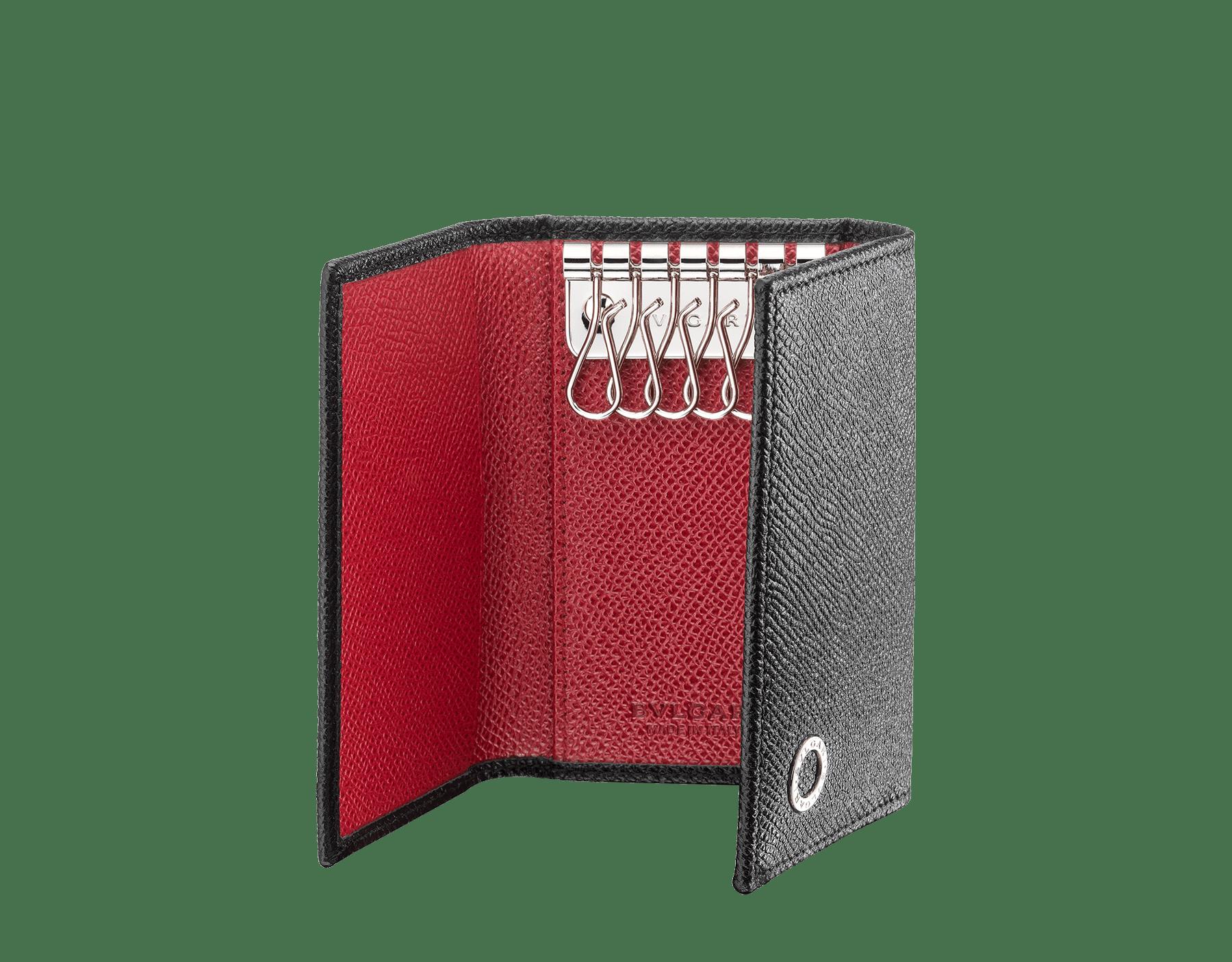 這款小鑰匙包採用黑色和寶石紅珠面小牛皮,飾以 BVLGARI BVLGARI 鍍鈀黃銅元素。 288305 image 2