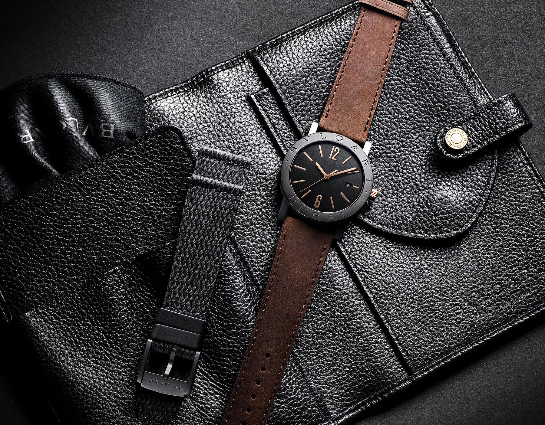 """ساعة """"بولغري بولغري سيتيز سبيشل إيديشن، DUBAI"""" بآلية حركة ميكانيكية مصنّعة من قبل بولغري، تعبئة أوتوماتيكية، آلية BVL 191.، علبة الساعة من الفولاذ المعالج بالكربون الأسود الشبيه بالألماس مع نقش """"BVLGARI DUBAI"""" على إطار الساعة، غطاء خلفي شفاف، ميناء مطلي بالمينا الأسود الخشن ومؤشرات الساعة من الذهب الوردي، سوار من جلد العجل البني، وسوار قابل للتبديل من المطاط الأسود. 103225 image 7"""