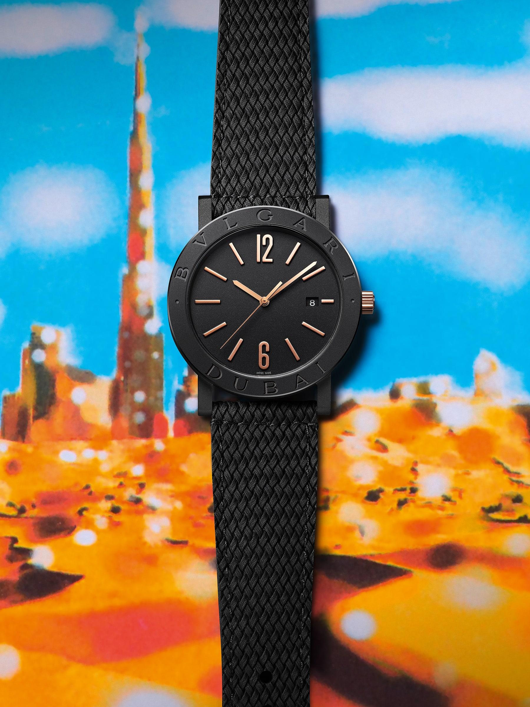 """ساعة """"بولغري بولغري سيتيز سبيشل إيديشن، DUBAI"""" بآلية حركة ميكانيكية مصنّعة من قبل بولغري، تعبئة أوتوماتيكية، آلية BVL 191.، علبة الساعة من الفولاذ المعالج بالكربون الأسود الشبيه بالألماس مع نقش """"BVLGARI DUBAI"""" على إطار الساعة، غطاء خلفي شفاف، ميناء مطلي بالمينا الأسود الخشن ومؤشرات الساعة من الذهب الوردي، سوار من جلد العجل البني، وسوار قابل للتبديل من المطاط الأسود. 103225 image 8"""