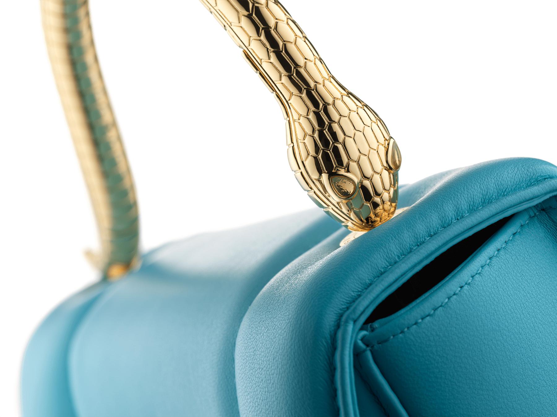 Mary Katrantzou x Bvlgari 手提包,採用柔軟的 Aegean Toapz 藍色絎縫納帕軟面皮,Aegean Toapz 藍色納帕軟面皮襯裡。新式金色黃銅 Serpenti 蛇頭扣環,誘人蛇眼鑲飾水晶。特別版包款。 MK-1142 image 7