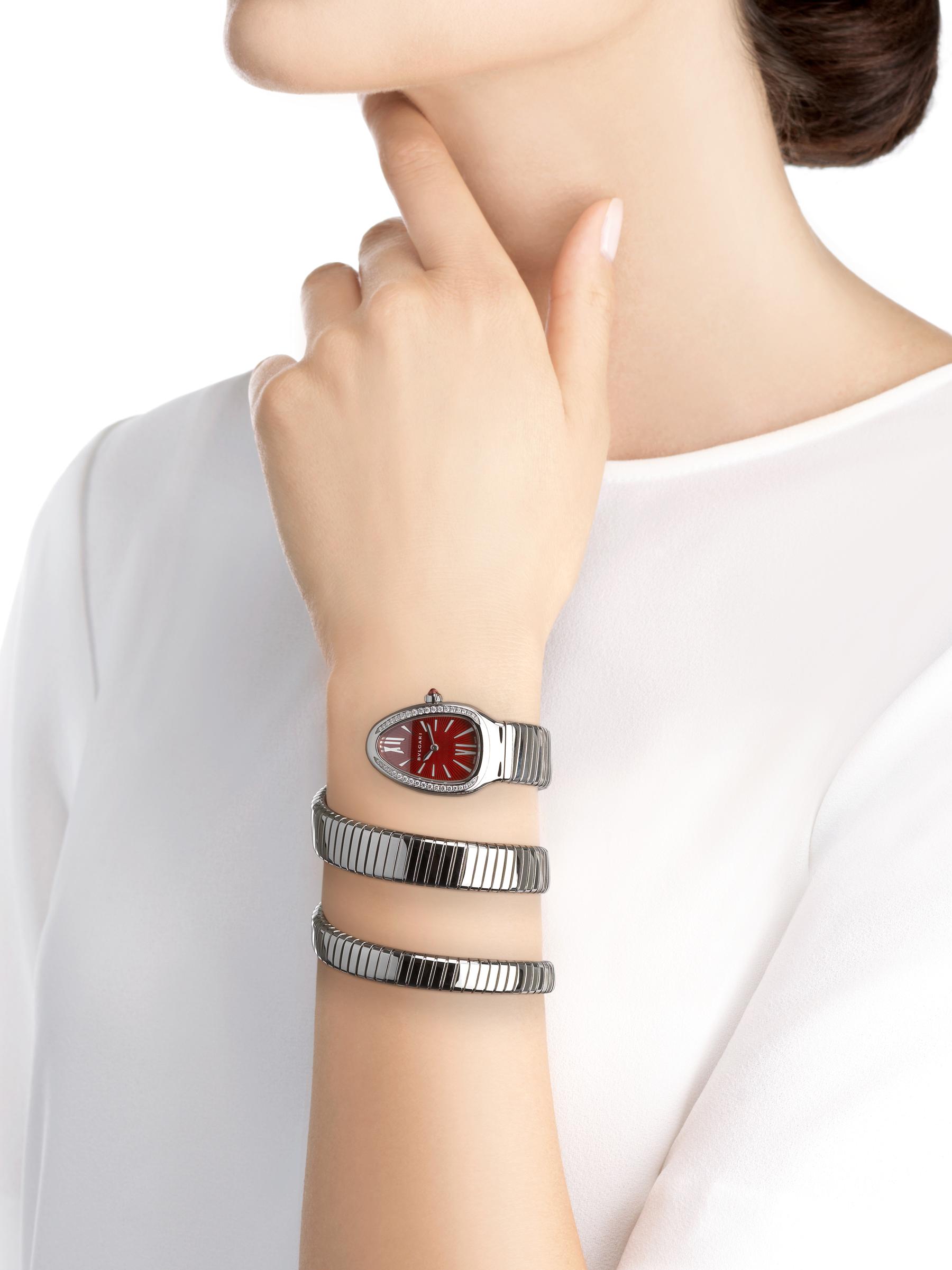 Orologio Serpenti Tubogas con cassa in acciaio inossidabile con diamanti taglio brillante, quadrante laccato rosso e bracciale a doppia spirale in acciaio inossidabile. 102682 image 4