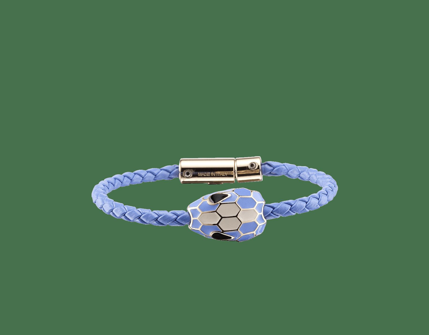 Serpenti Forever 手環,採用 Lavander Amethyst 紫丁香色編穗小牛皮和淡金色黃銅蛇身鍊帶,迷人的蛇頭吊飾飾以 Lavander Amethyst 紫丁香色和淨白瑪瑙色琺瑯,蛇眼飾以黑色琺瑯,磁性扣頭。 SerpBraid-WCL-LA image 1