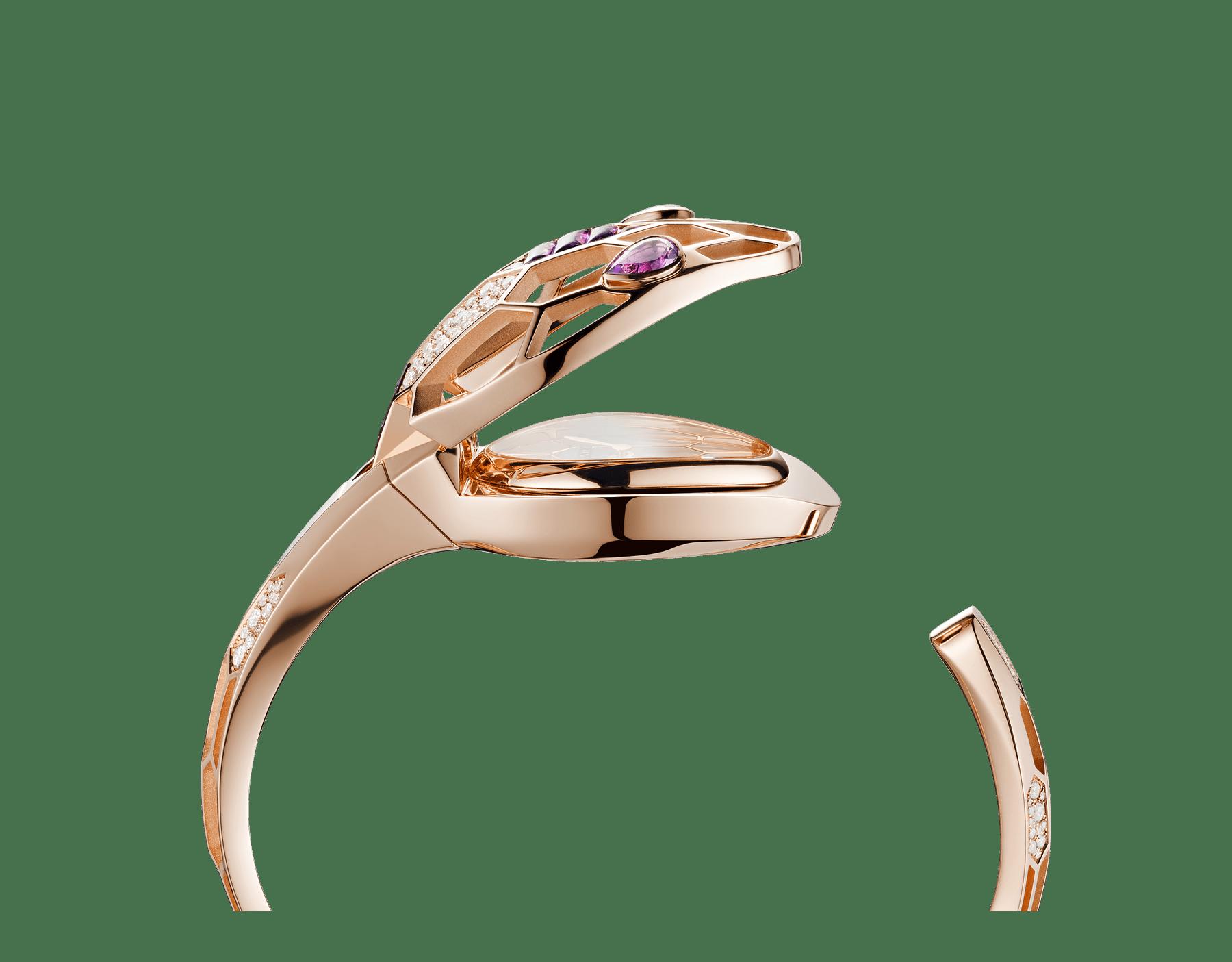 Relógio Secreto Serpenti Misteriosi com caixa e pulseira em ouro rosa 18K, ambas cravejadas com diamantes redondos lapidação brilhante e ametistas lapidação baguete, mostrador em madrepérola e olhos de ametista em formato pera. Tamanho médio 103056 image 3