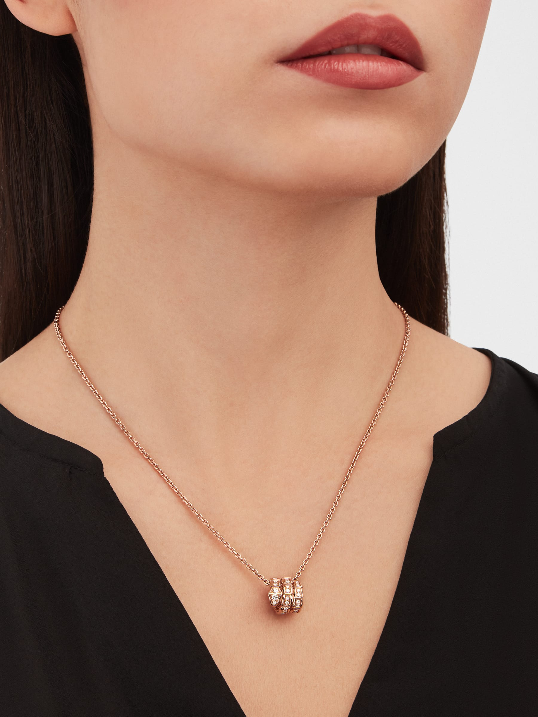 Serpenti Viper pendant necklace in 18 kt rose gold, set with pavé diamonds 357795 image 2