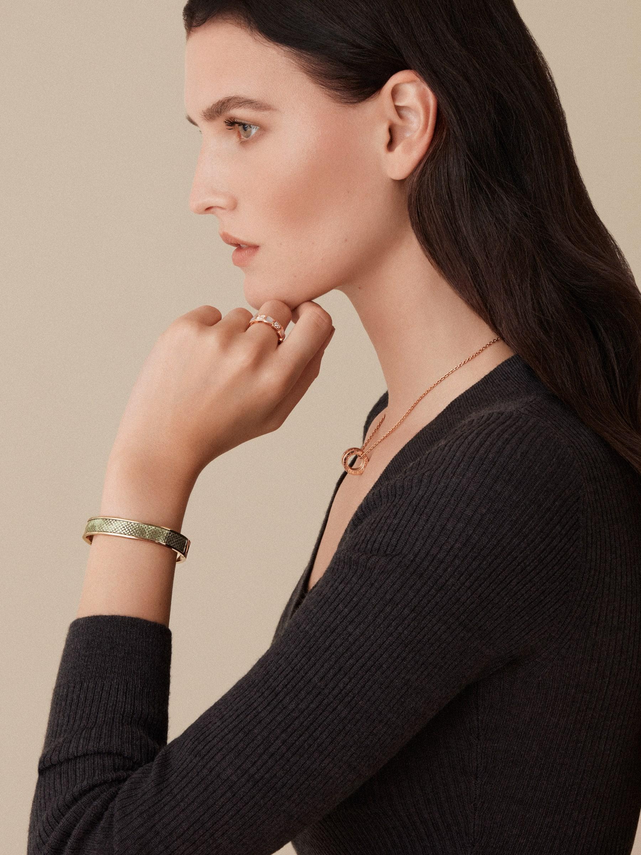 Nouveau bracelet jonc BVLGARI BVLGARI en or rehaussé d'un élément en karung métallisé couleur menthe ainsi que d'un fermoir à charnière orné du logo BVLGARI. Gravure logo à l'intérieur. HINGEBBBRACLT-MK-M image 2