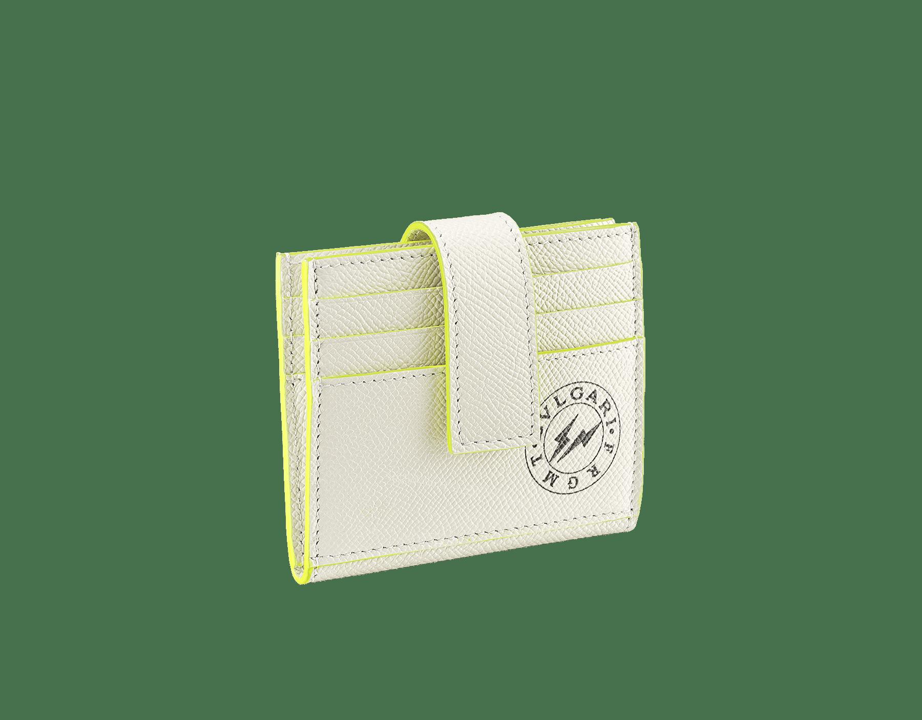 BVLGARI x FRAGMENT by Hiroshi Fujiwara ビジネスカードホルダー。ホワイトと蛍光イエローのグレインカーフレザー製。特別なBVLGARI FRGMTのブラックロゴプリント。 289527 image 1