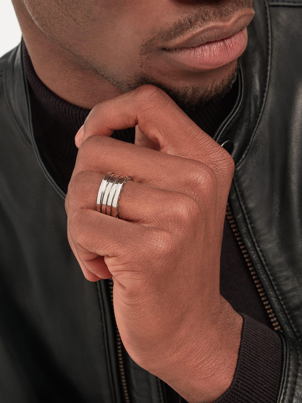 Mêlant courbes fluides et volumes audacieux dans une spirale en or blanc, le design original de la bague B.zero1 révèle le charisme d'un bijou emblématique. B-zero1-4-bands-AN191026 image 1