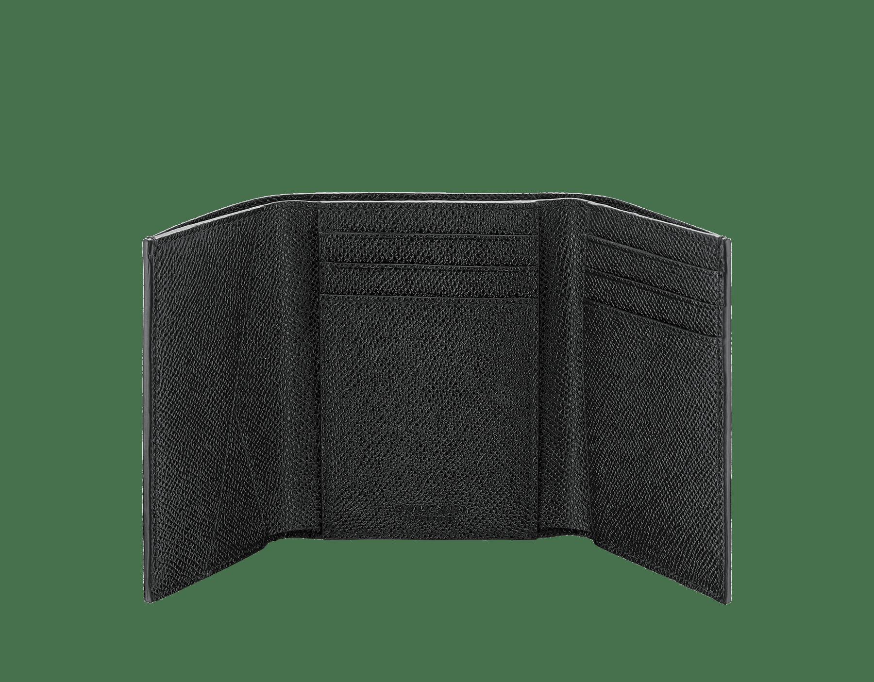 불가리 불가리 남성용 지갑. 에메랄드 그린/블랙 컬러의 컬러의 그레인 카프 레더 소재. 황동 팔라듐이 도금된 아이코닉 로고 클립 잠금장치. BCM-YENCOMPACT image 2