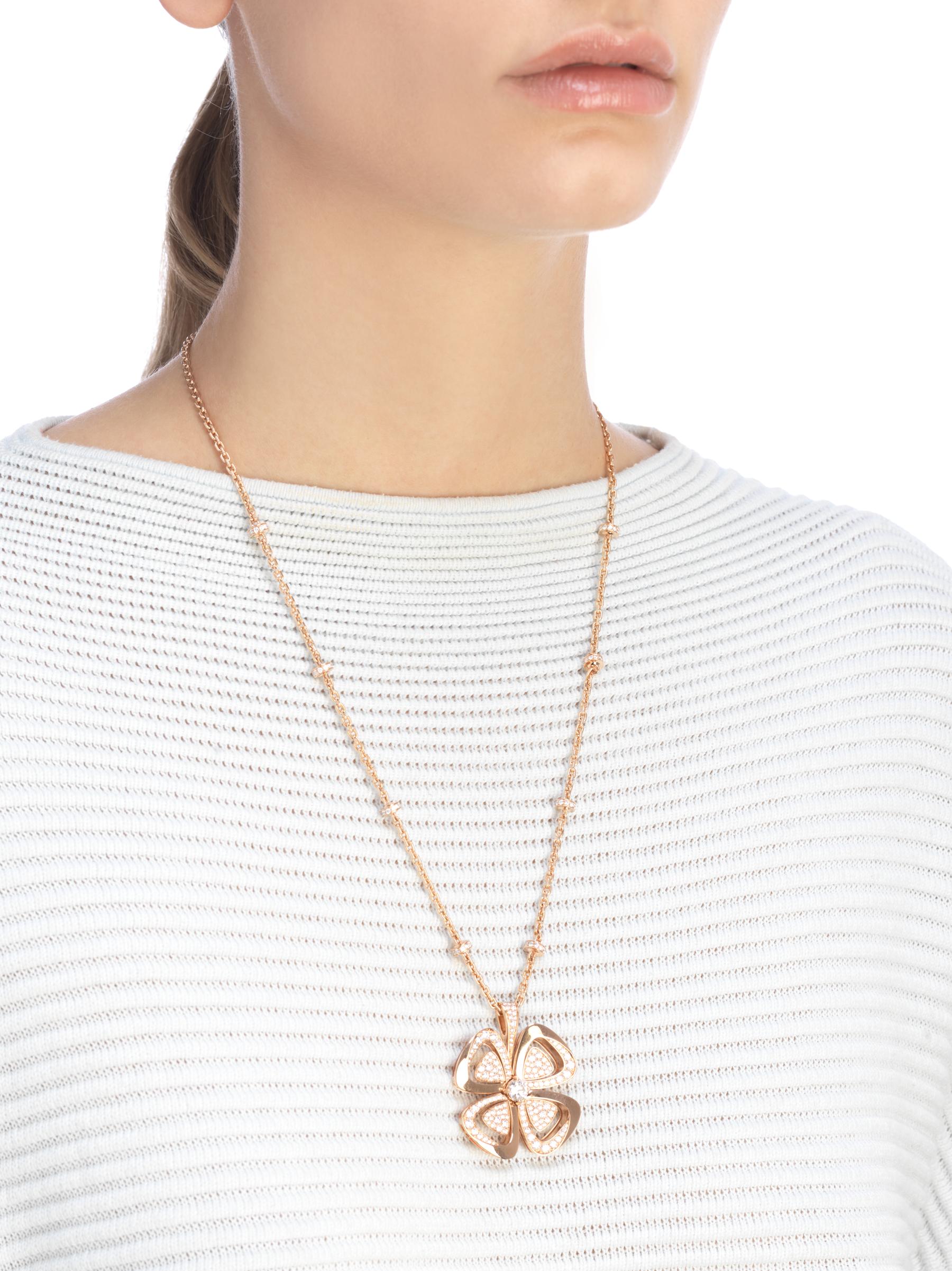 Fiorever咏绽系列18K玫瑰金项链,中央镶嵌一颗圆形明亮式切割钻石,饰以密镶钻石。 357218 image 4