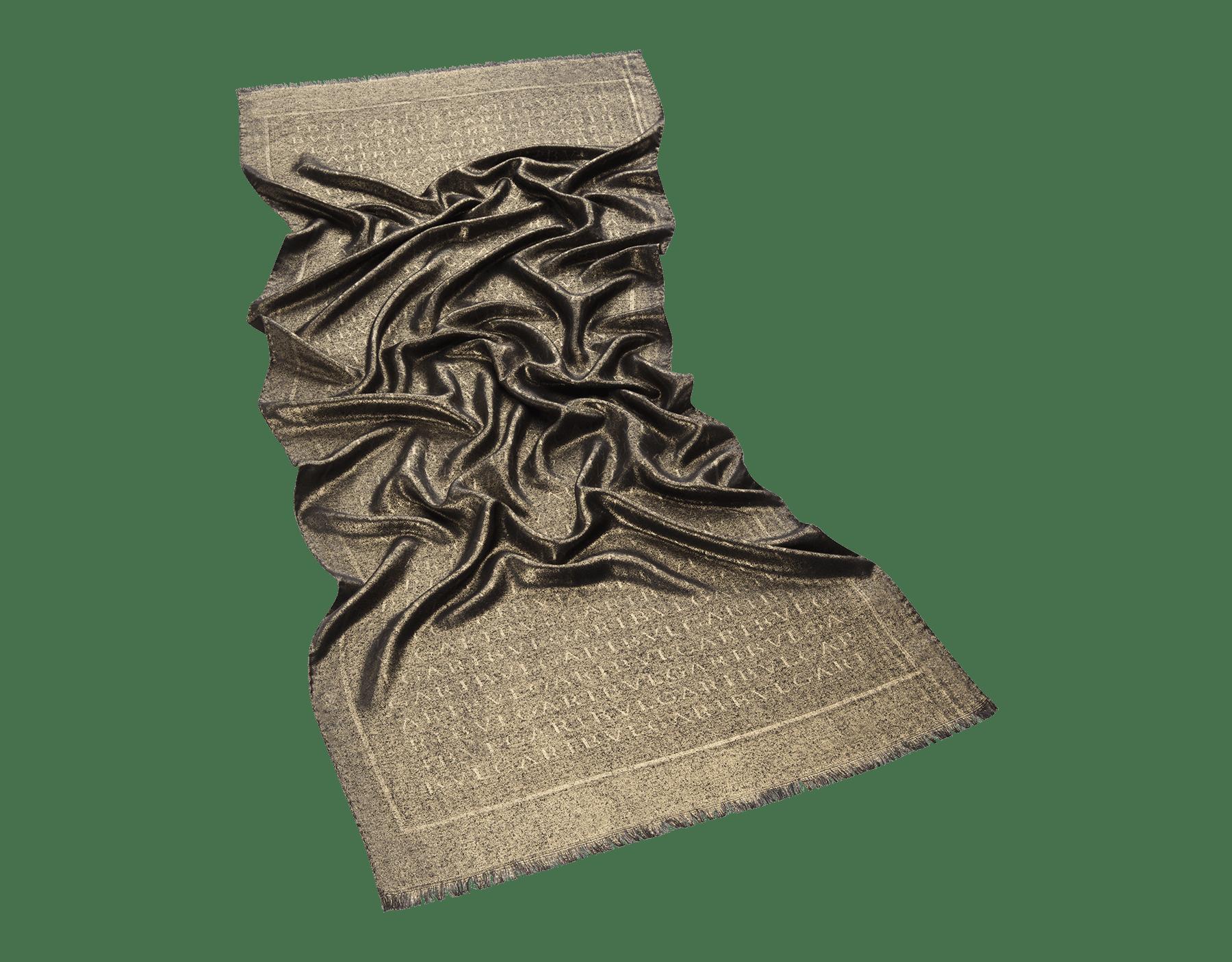 "Estola ""Lettere Maxi Metal"" verde-esmeralda em lã fina de seda. LETTEREMAXIMETAL image 1"