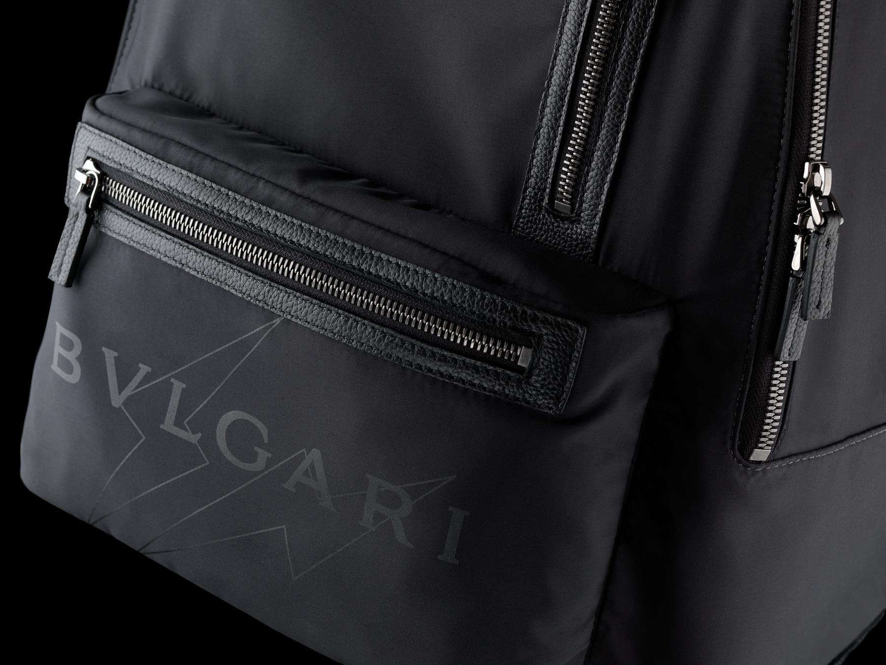 ウルトラブラックルテニウムプレートブラス製金具と「BVLGARI FRAGMENT」ブラックロゴプリントをあしらったブラックパフィーナイロン製「FRAGMENT X BVLGARI by Hiroshi Fujiwara」バックパック。 290732 image 5