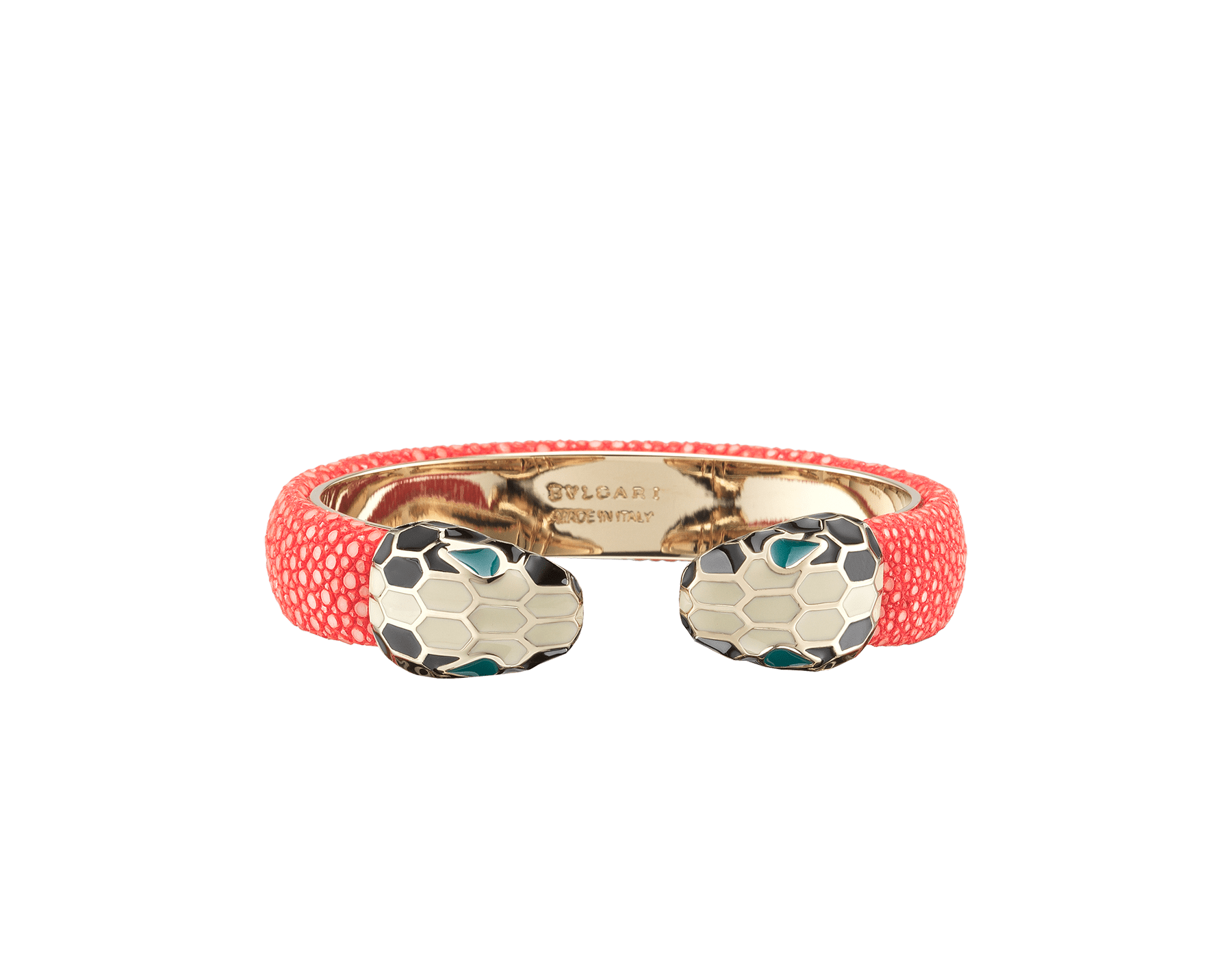 Bracelet jonc Serpenti Forever en galuchat couleur Sea Star Coral avec détails en laiton doré. Motif en miroir Serpenti emblématique en émail noir et blanc avec yeux en émail vert. SPContr-G-SSC image 1